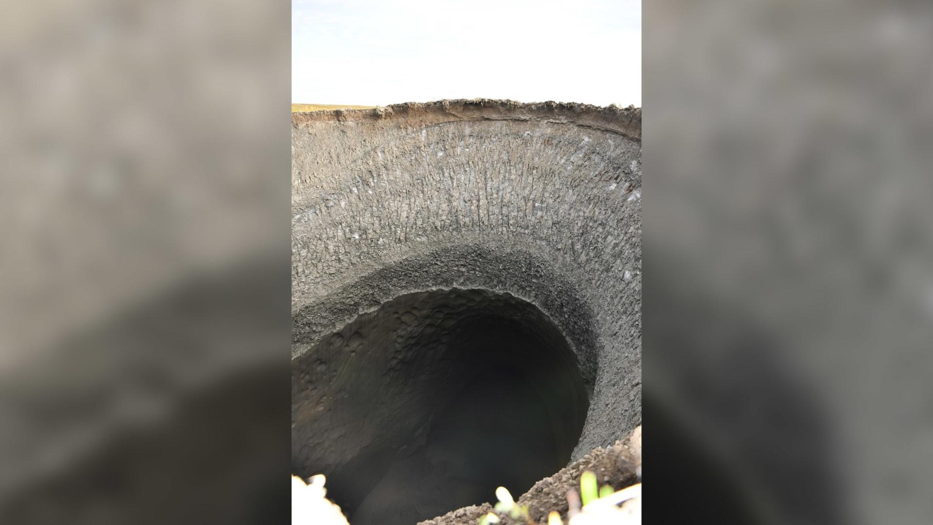 بدأت بالظهور منذ 2013.. علماء يفكون الألغاز وراء الحفر الهائلة التي ظهرت في أراضي سيبيريا