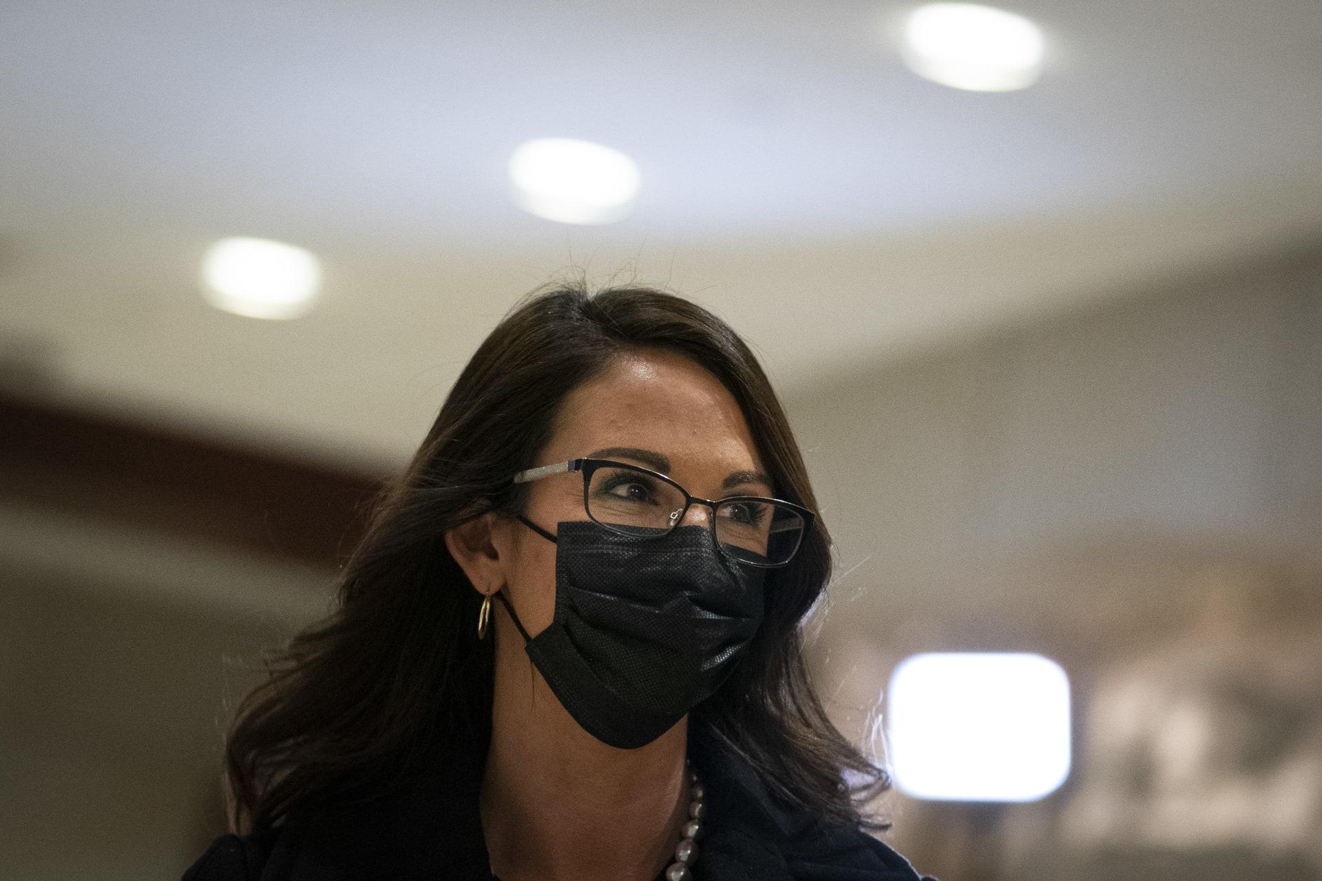 نائب بالحزب الجمهوري تثير جدلا بعد عرضها أسلحة خلال اجتماع لمجلس النواب