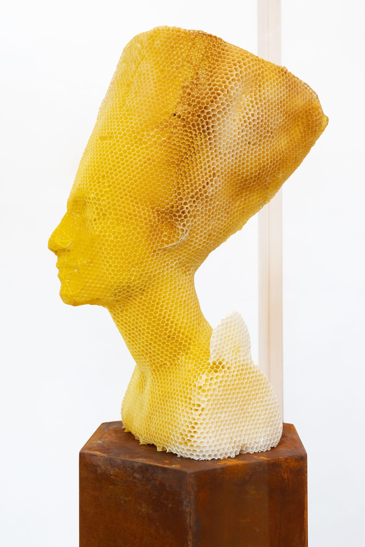 تجسيدا للخلود.. فنان يستخدم جيشاً من 60 ألف نحلة لصنع منحوتة ساحرة للملكة المصرية نفرتيتي