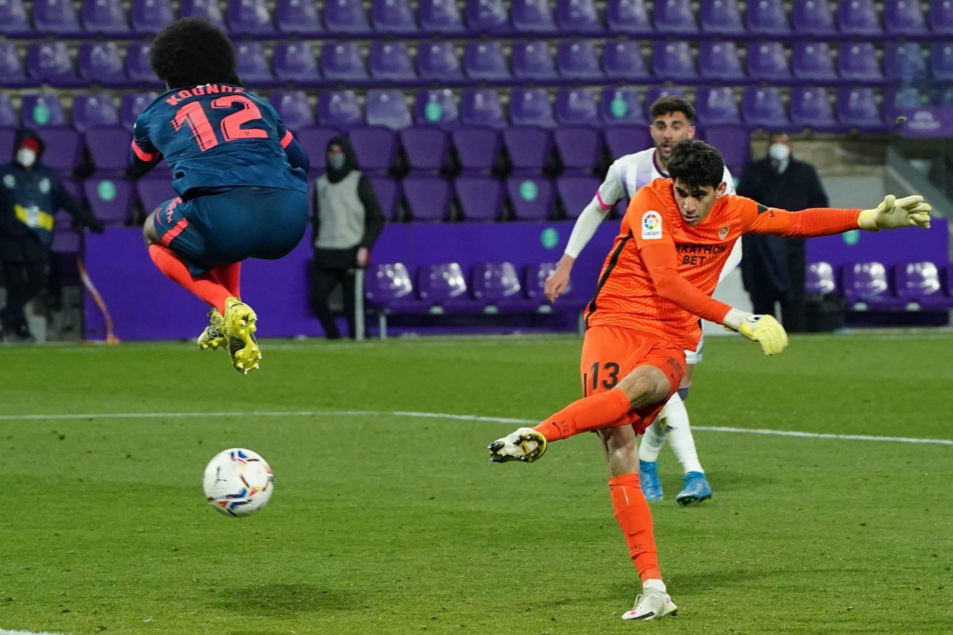 الحارس المغربي ياسين بونو يسجل هدفا قاتلا لفريقه في الدوري الإسباني