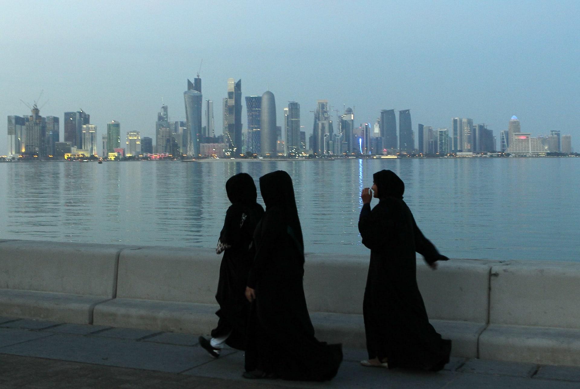 صورة أرشيفية لنساء على كورنيش في الدوحة