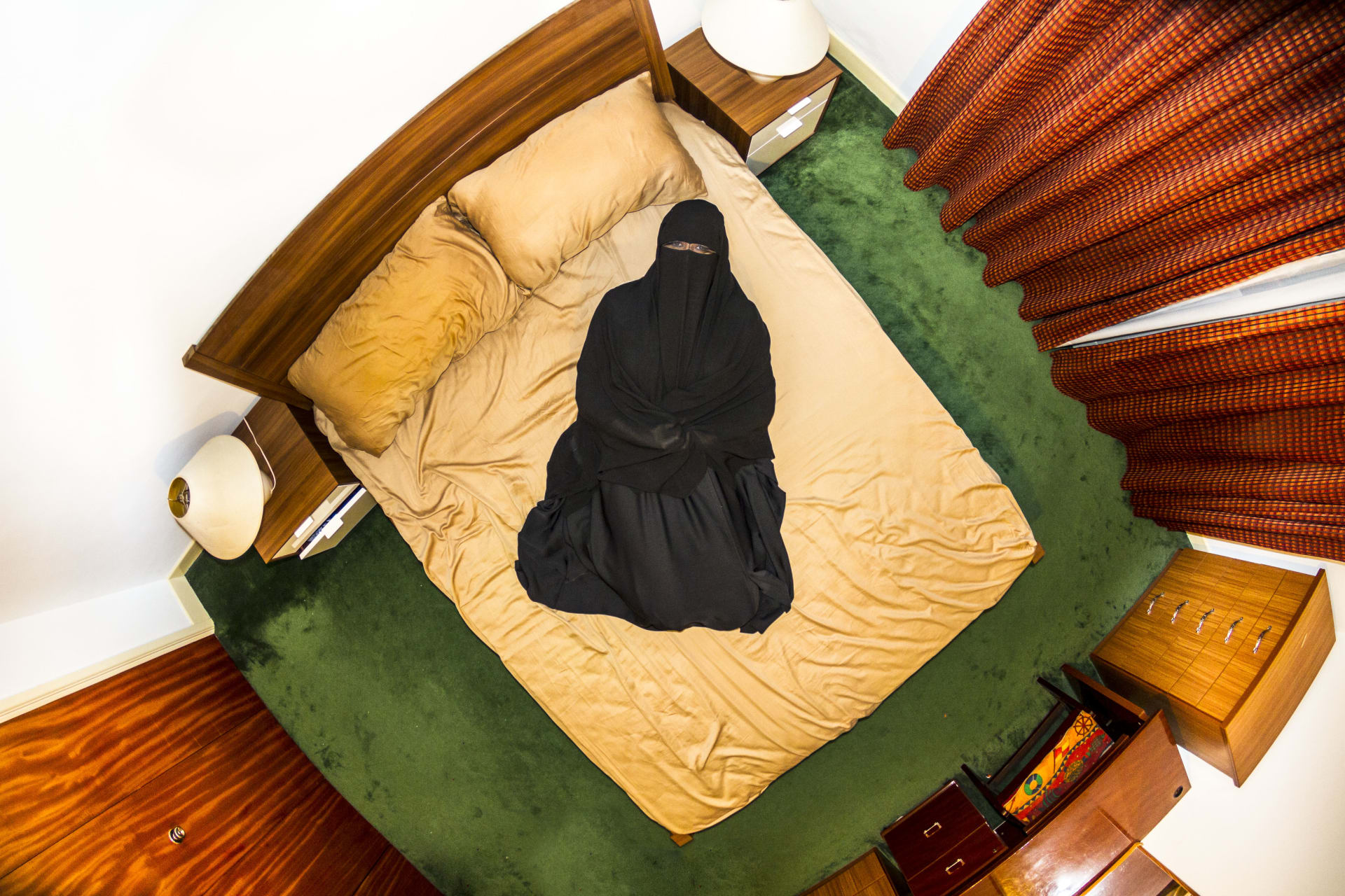 منها السعودية ومصر.. مصور يجسد ثقافات الناس عبر غرف نومهم