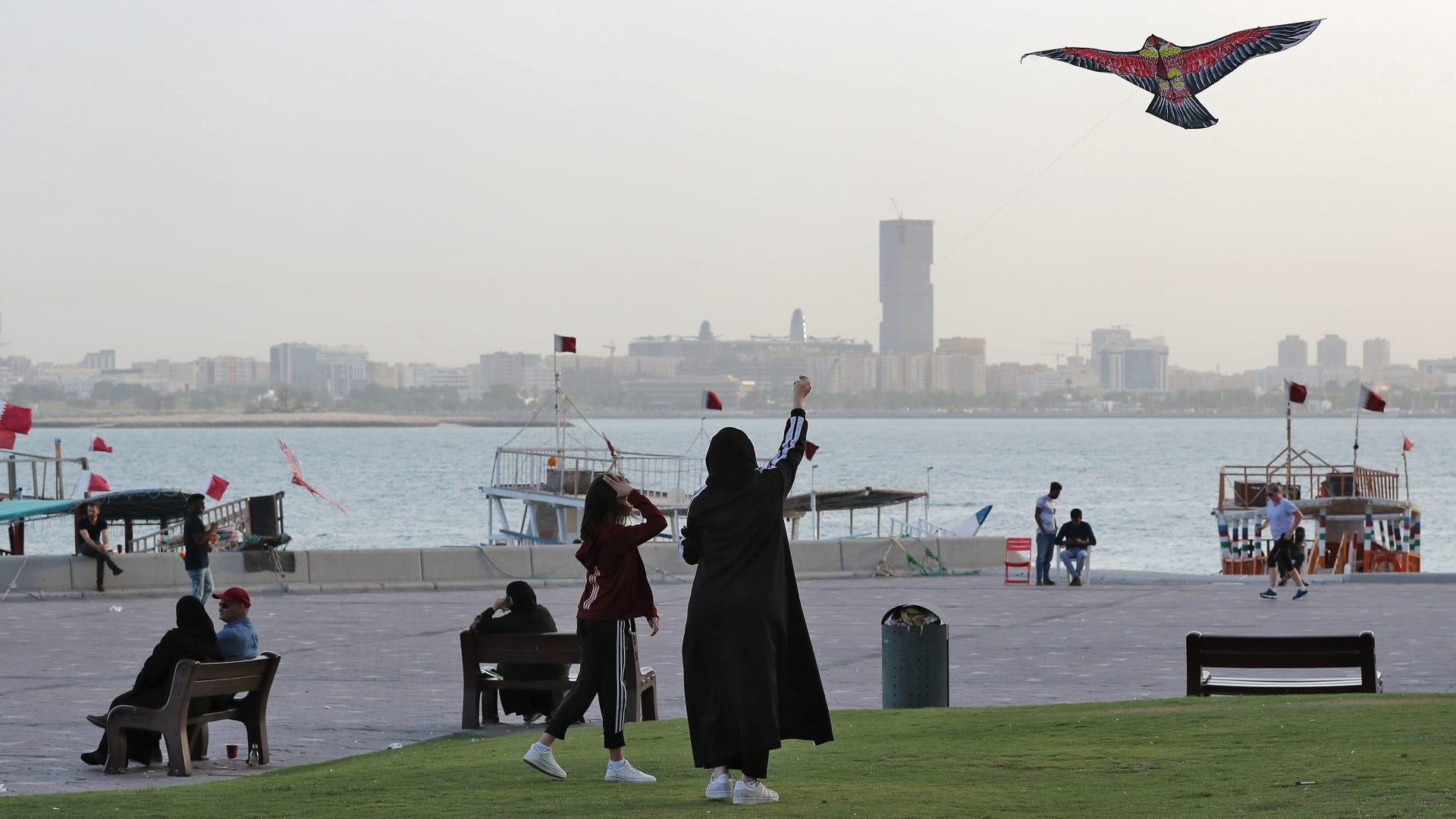 صورة أرشيفية لسيدة وطفلة على كورنيش الدوحة