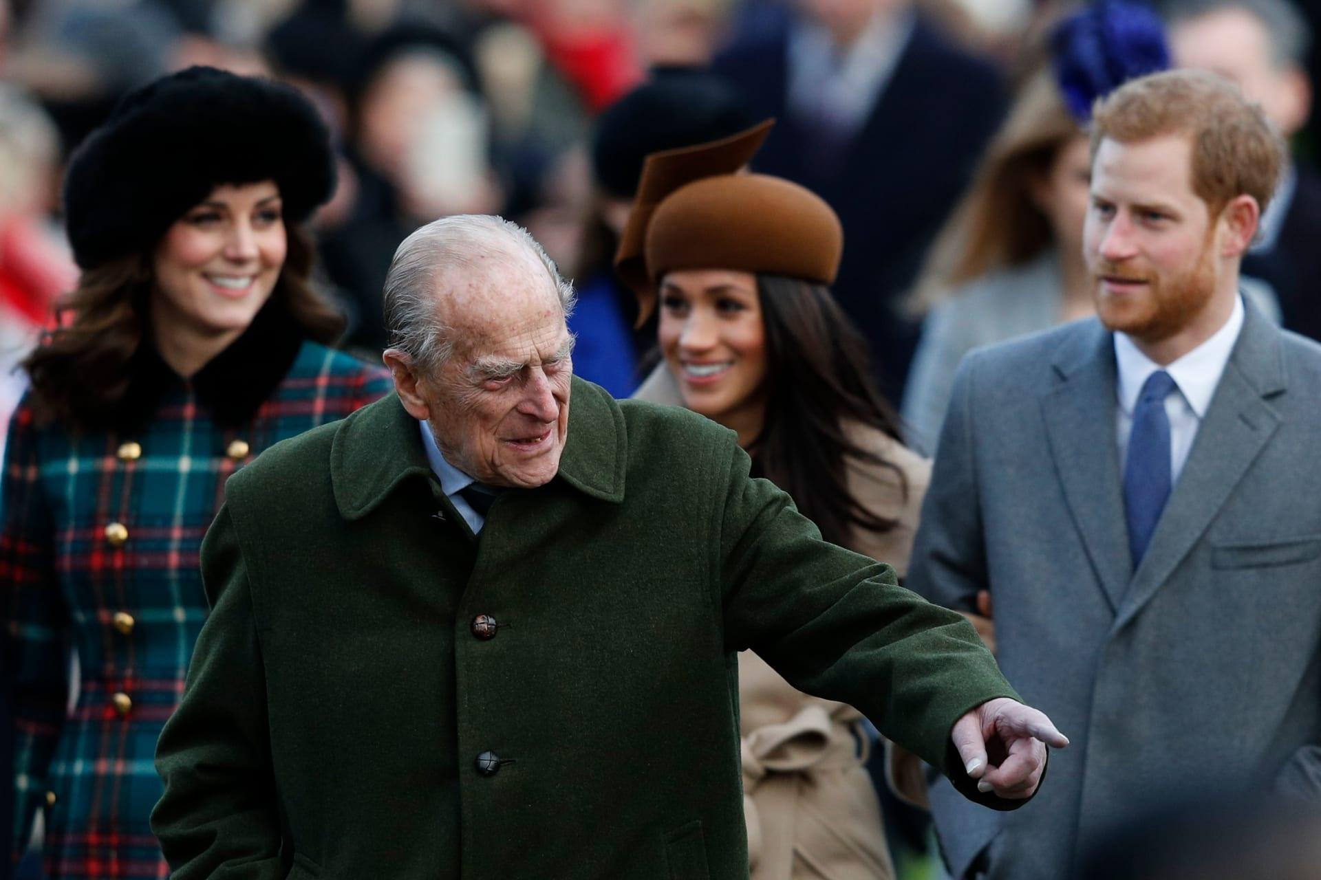 الأمير هاري وزوجته ميغان ماركل وأمامهما الأمير الراحل فيليب - صورة أرشيفية