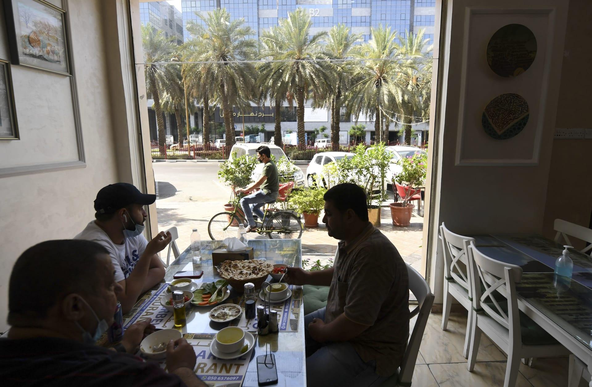 صورة أرشيفية لأشخاص يجلسون في أحد المطاعم في دبي