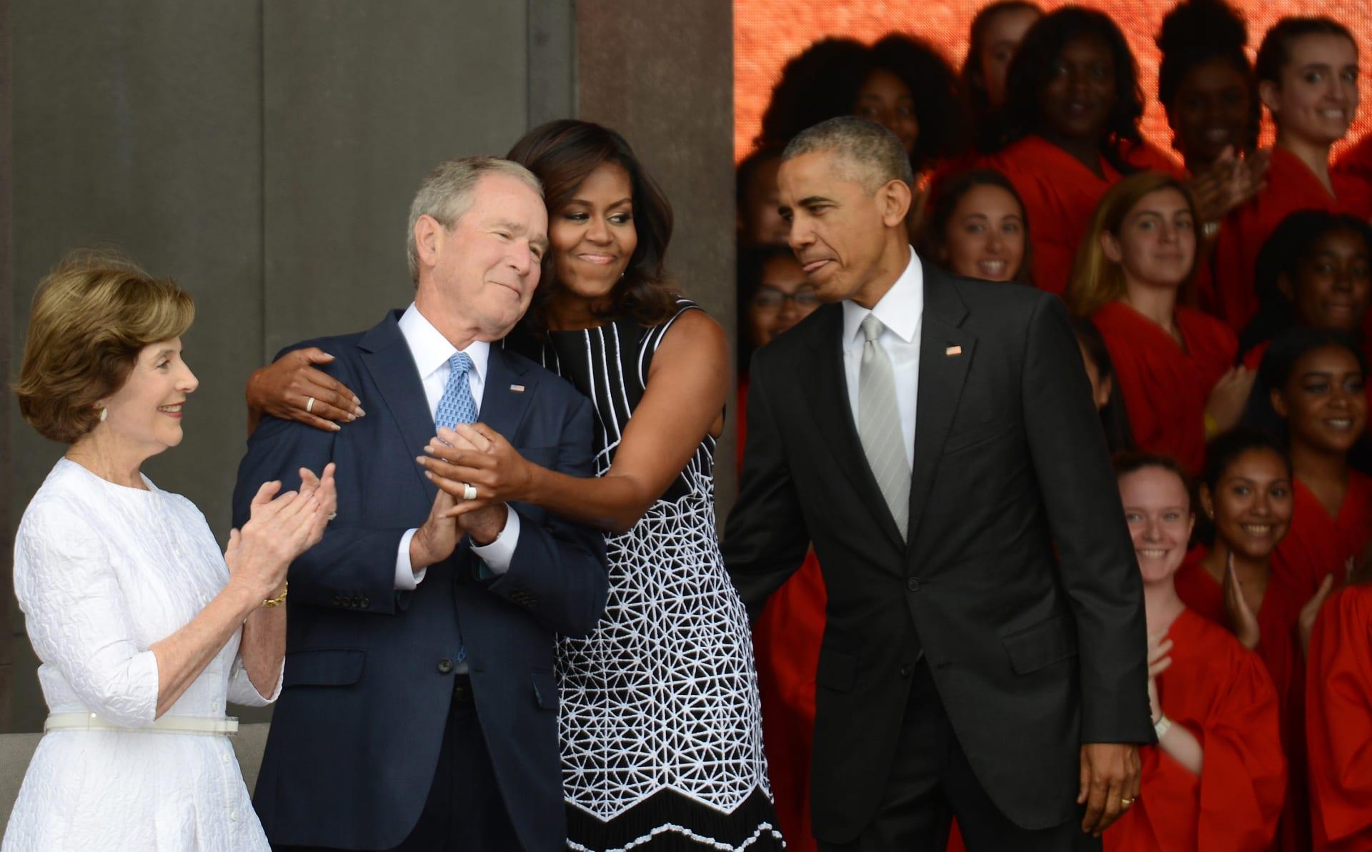 جورج بوش وميشيل أوباما (وسط الصورة)