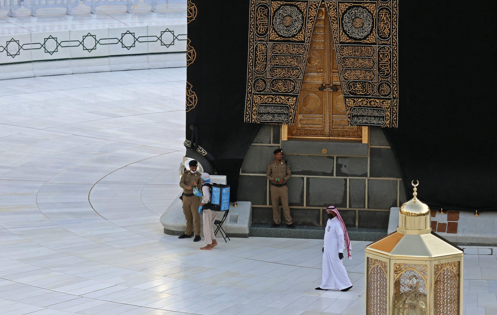صورة أرشيفية لرجال أمن سعوديين قرب موضع الحجر الأسود