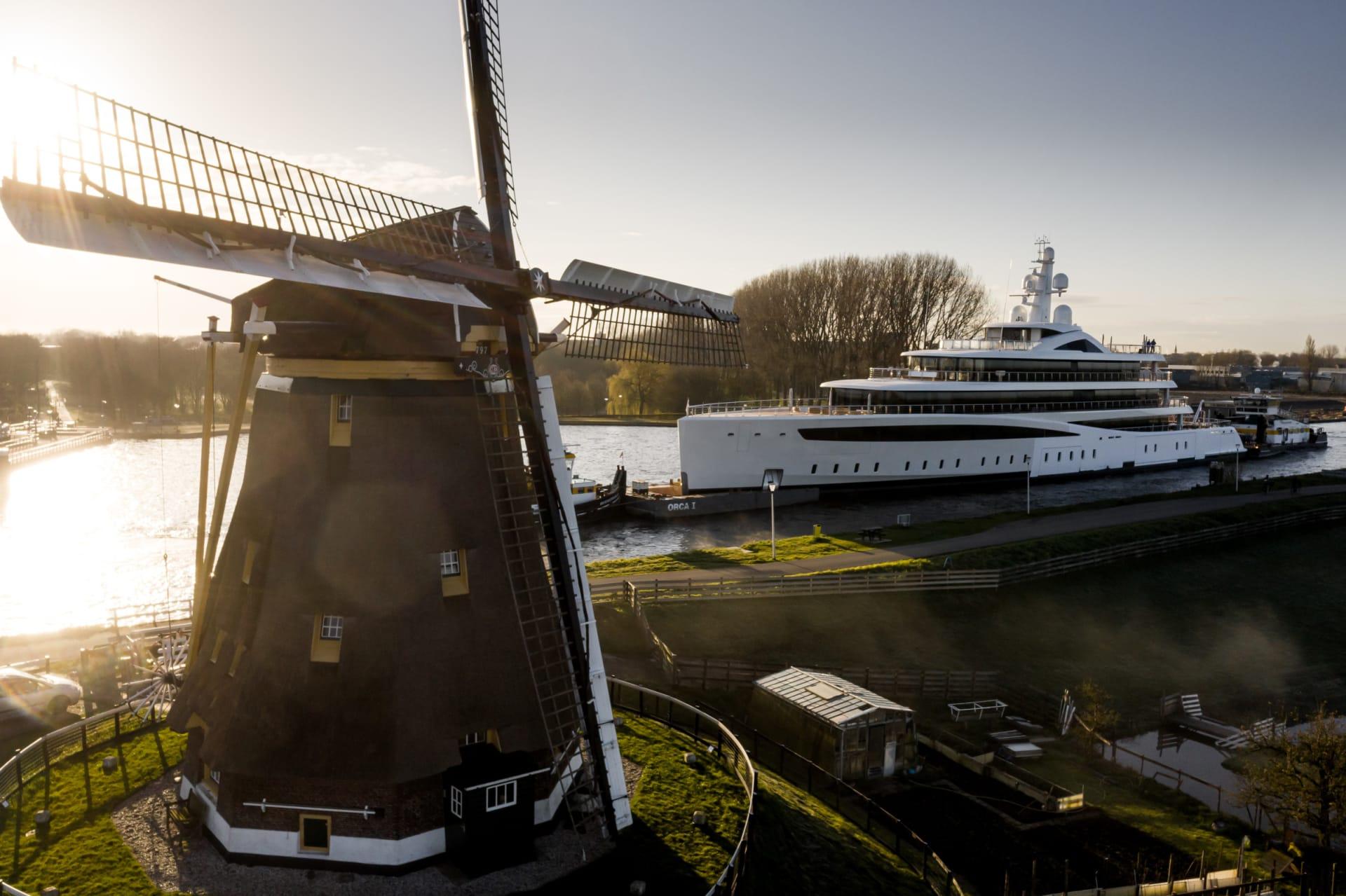 مشهد عبوره أدهش المتفرجين.. مصور يوثق يختاً ضخماً يناور قنوات هولندا الضيقة