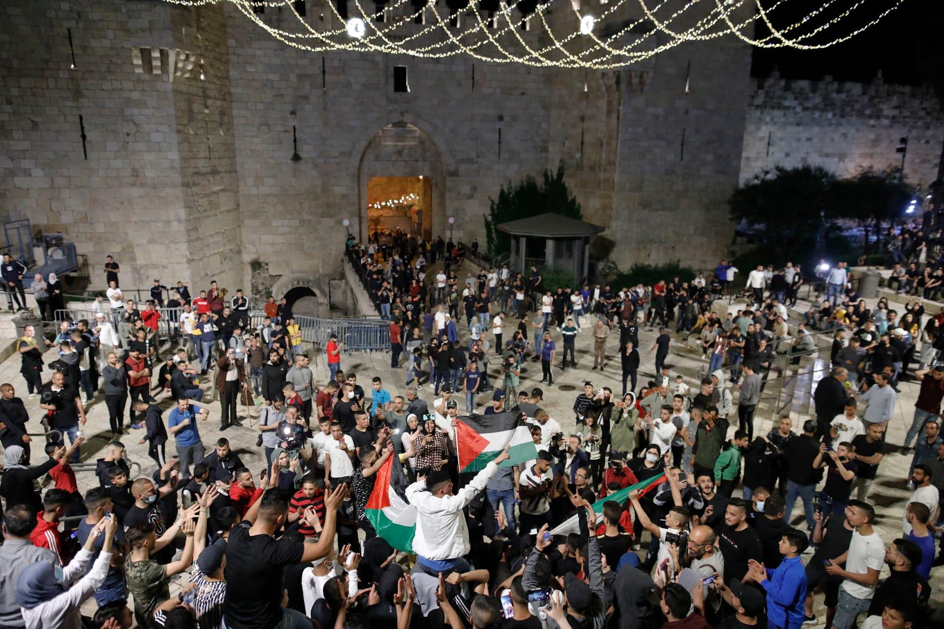 مئات الفلسطينيين يتجمعون في ساحة باب العامود بعد إزالة إسرائيل للحواجز الحديدية