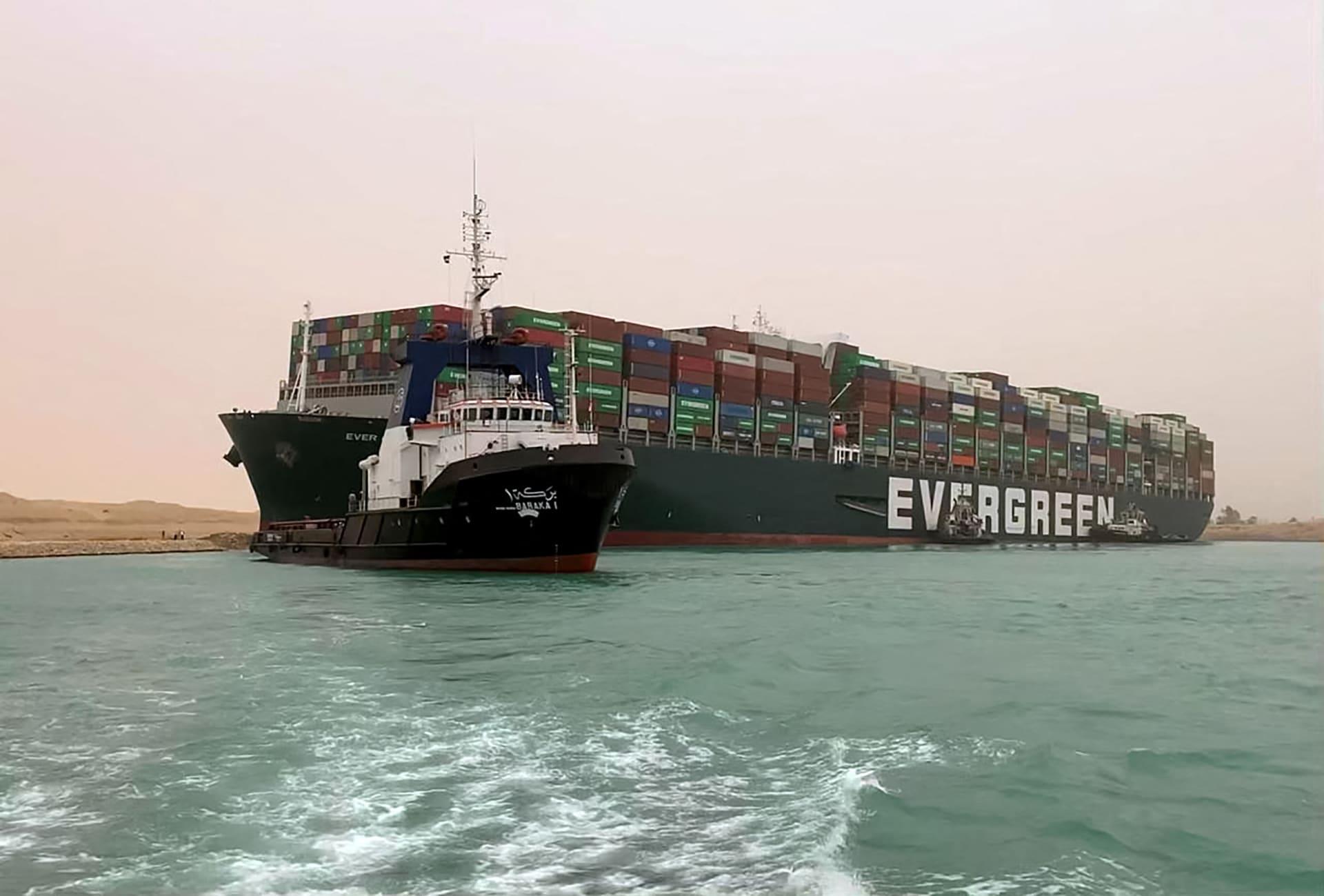 """رئيس هيئة قناة السويس ينفي اعتقال طاقم سفينة """"إيفرغيفن"""""""