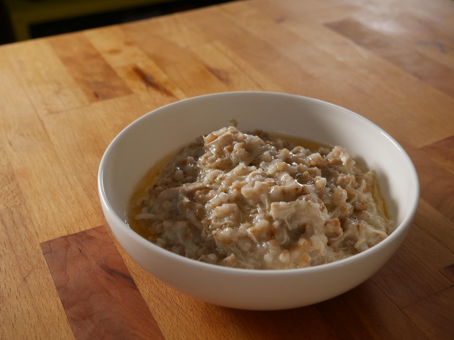سواءً كان بالدجاج أو اللحم.. لا تفارق وجبة الهريس الشهية الموائد بسلطنة عُمان برمضان