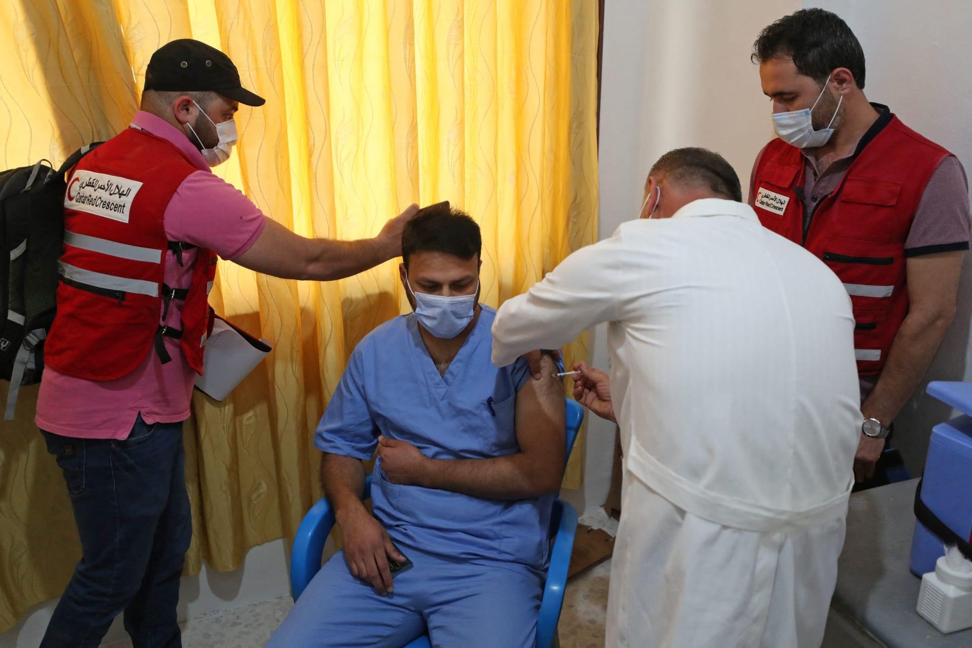 بدء حملة التطعيم ضد كورونا في إدلب معقل المعارضة السورية