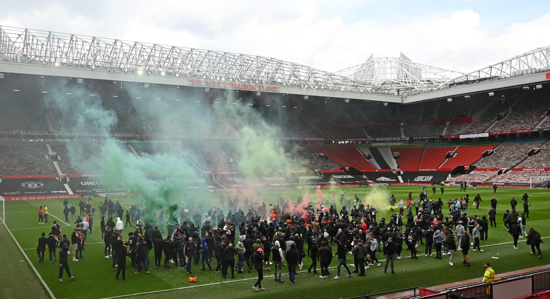 مشجعو مانشستر يونايتد يقتحمون ملعب أولد ترافورد قبيل مباراة ليفربول للاحتجاج على مالكي النادي