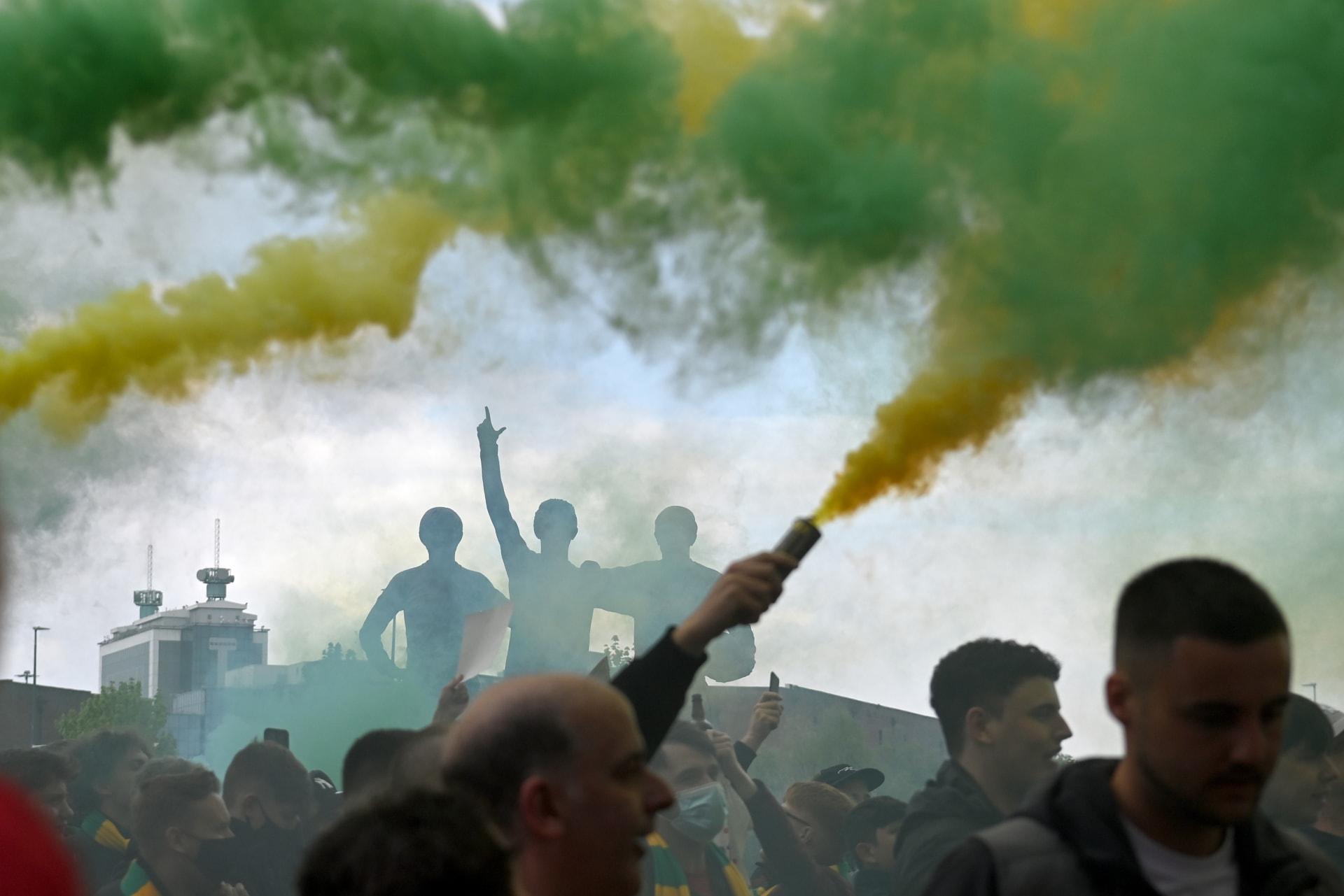 مشجعو مانشستر يونايتد يقتحمون ملعب أولد ترافورد قبيل مباراة ليفربول