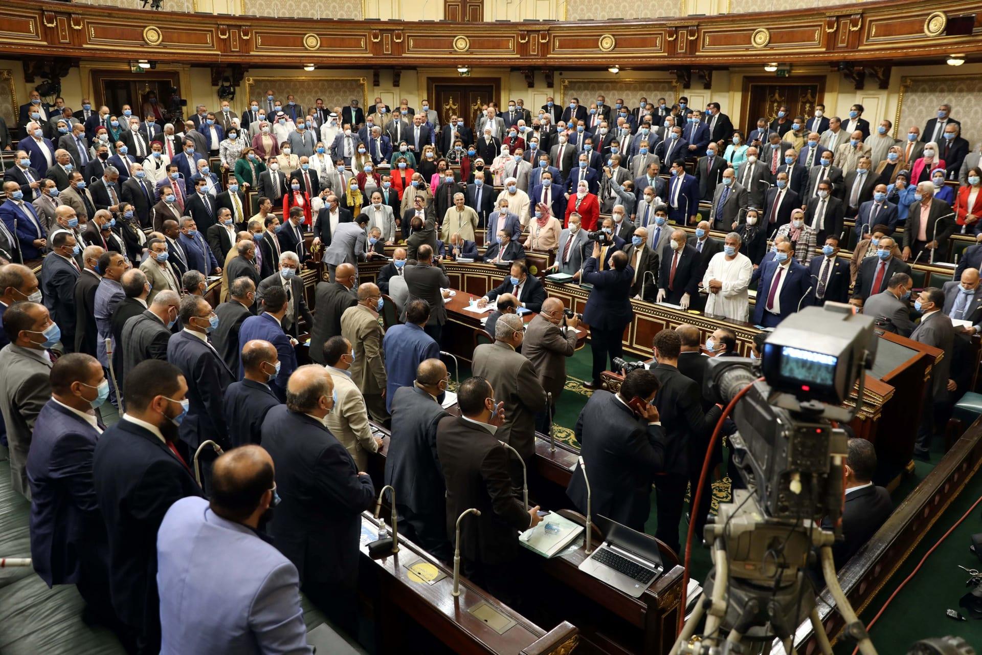 البرلمان المصري يوافق على مشروع قانون لإنهاء وظيفة من يثبت تعاطيه للمخدرات