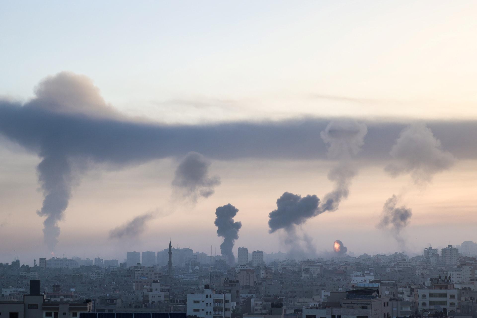 أعمدة الدخان تتصاعد في غزة بعد غارة جوية إسرائيلية