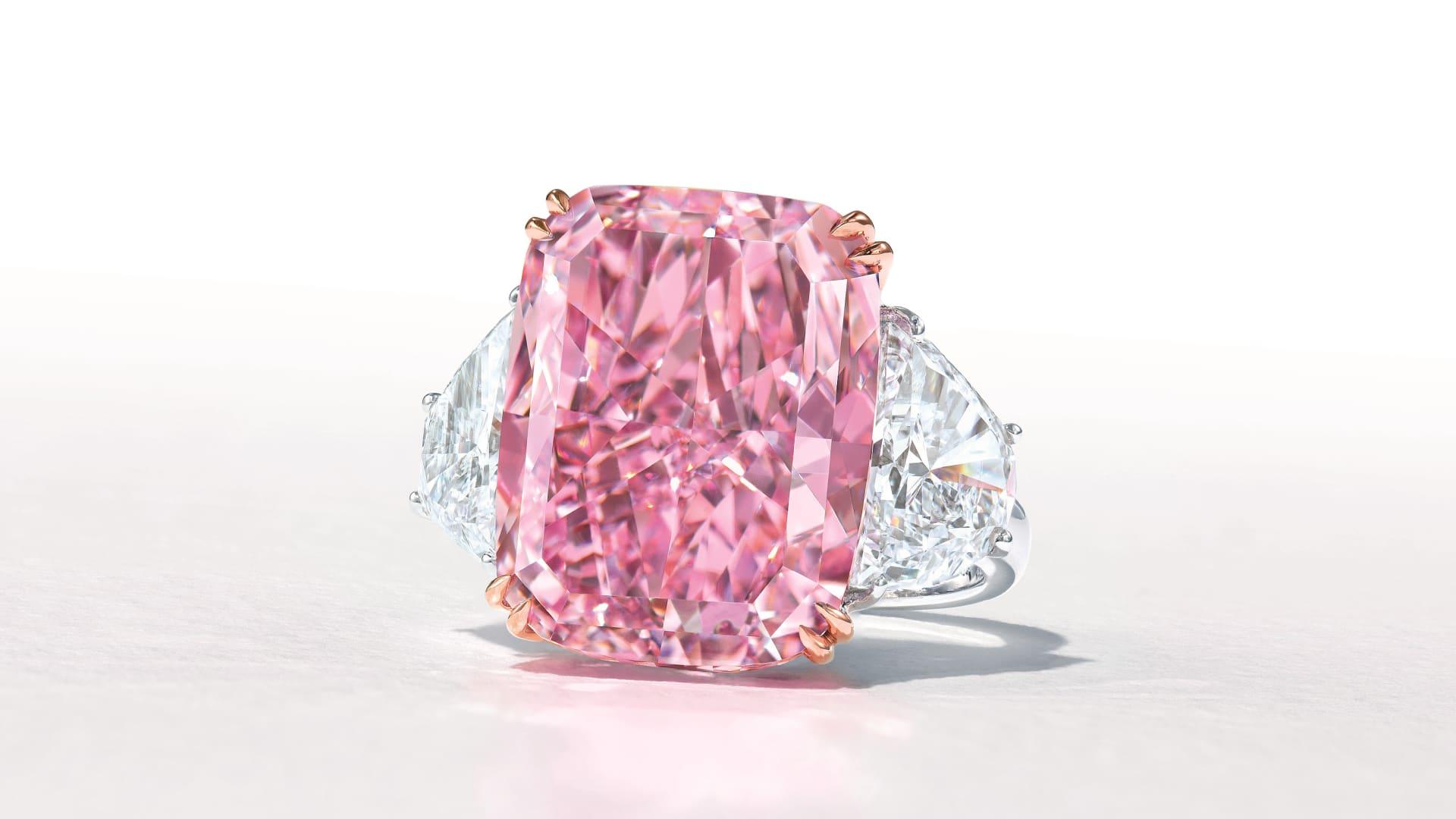 قد تباع هذه الماسة النادرة ذات اللون البنفسجي الوردي مقابل 38 مليون دولار في مزاد