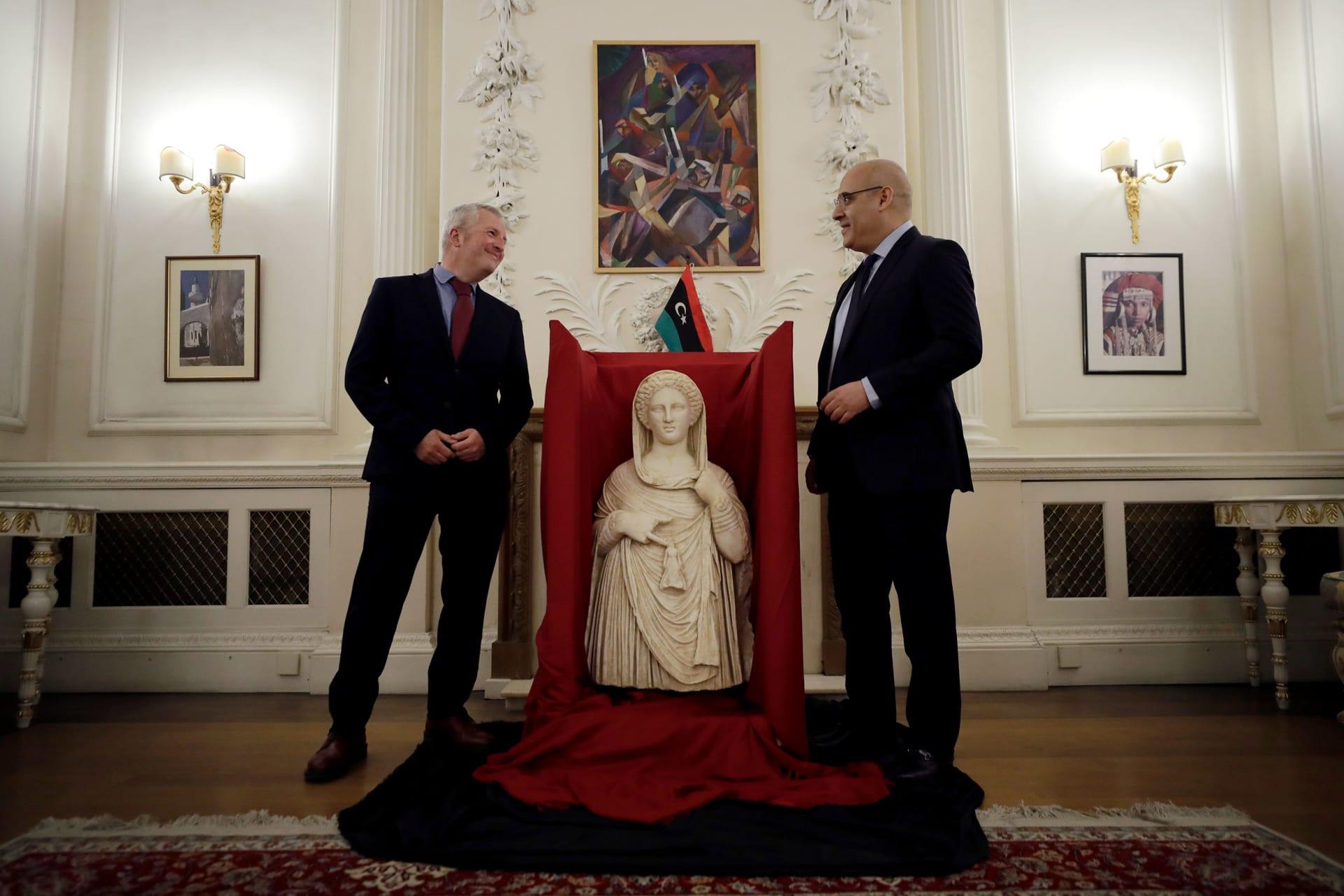 يُعتقد أنه منهوب.. إعادة تمثال قديم إلى ليبيا بعد مصادرته بمطار في لندن قبل عدة أعوام