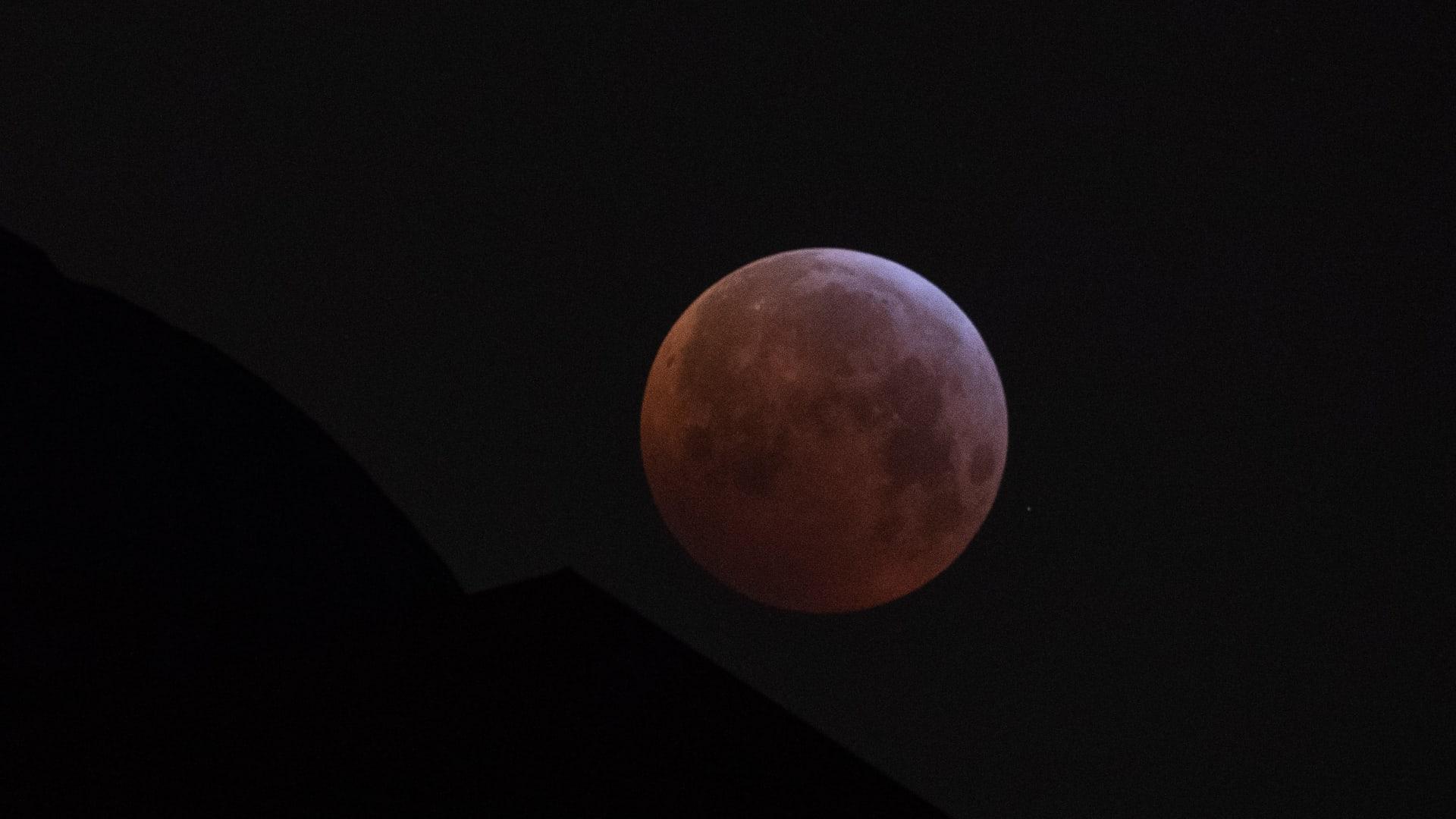"""بيعت تذاكرها بأقل من 3 دقائق..""""كانتاس"""" تقدم رحلة تسمح بمشاهدة القمر العملاق من السماء"""