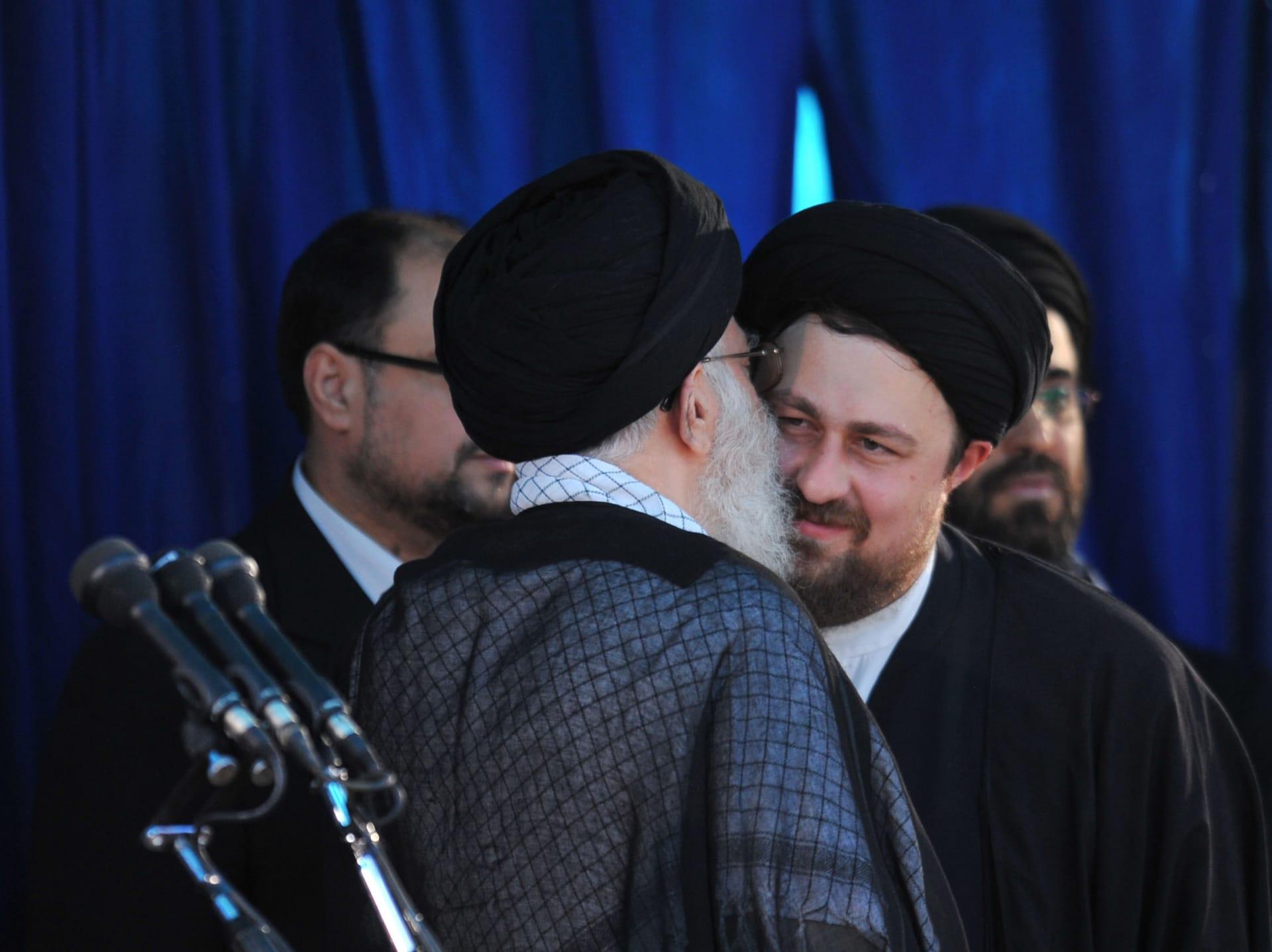 صورة أرشيفية لحسن الخميني مع المرشد الإيراني علي خامنئي