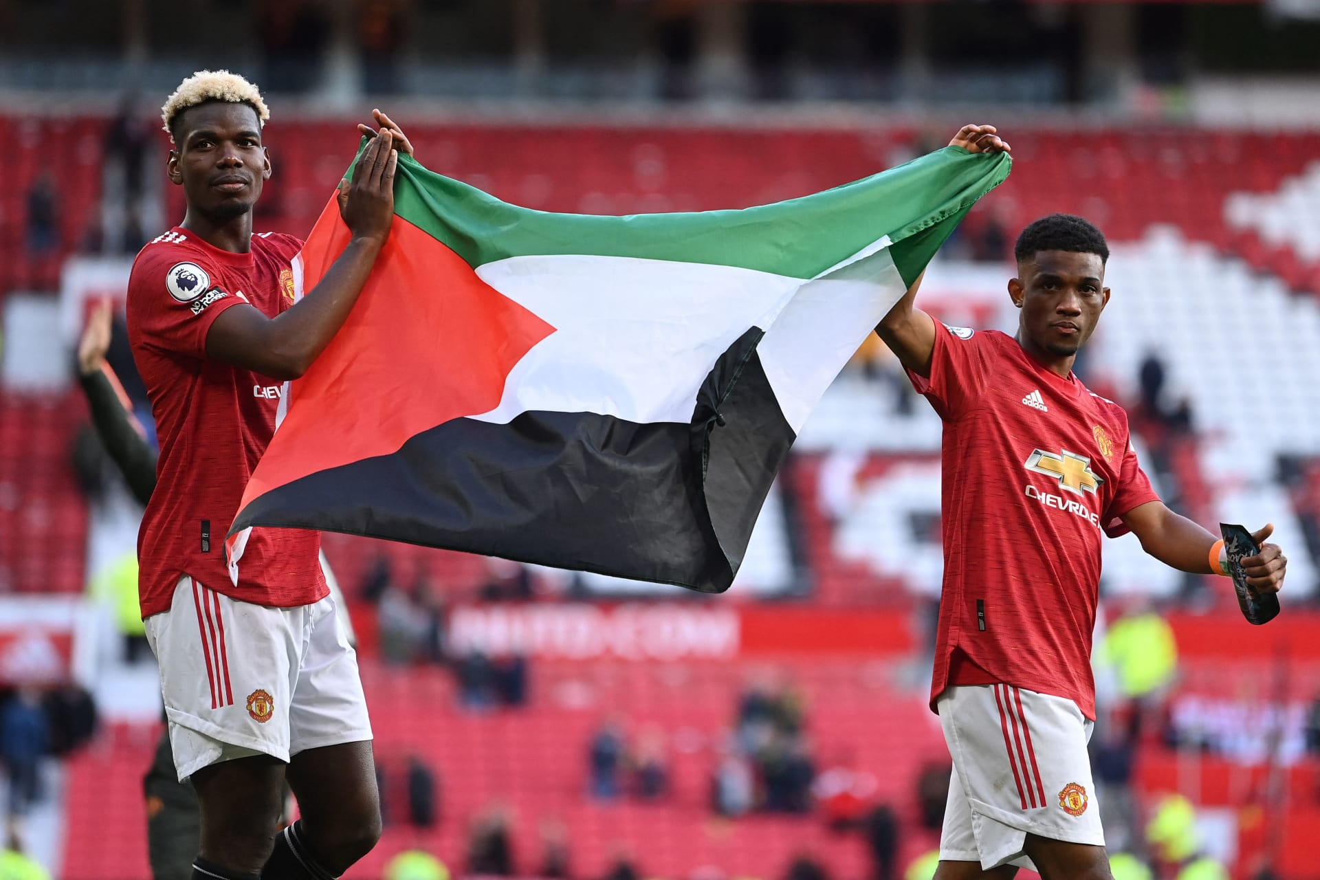 بوغبا وديالو يرفعان العلم الفلسطيني بعد مباراة مانشستر يونايتد وفولهام