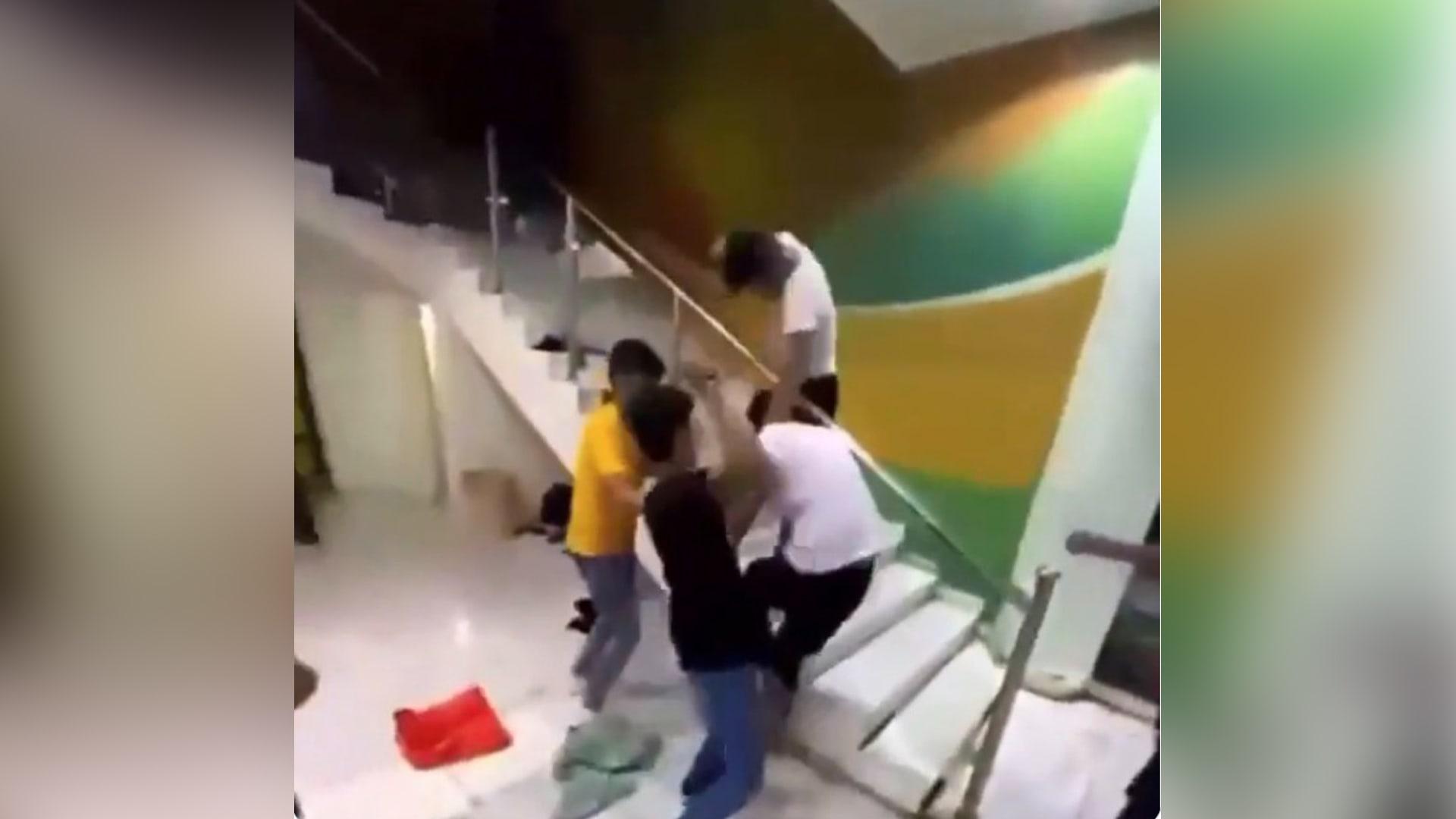 مشهد من الفيديو المتداول للاعتداء على شخص في صالة رياضية بالرياض