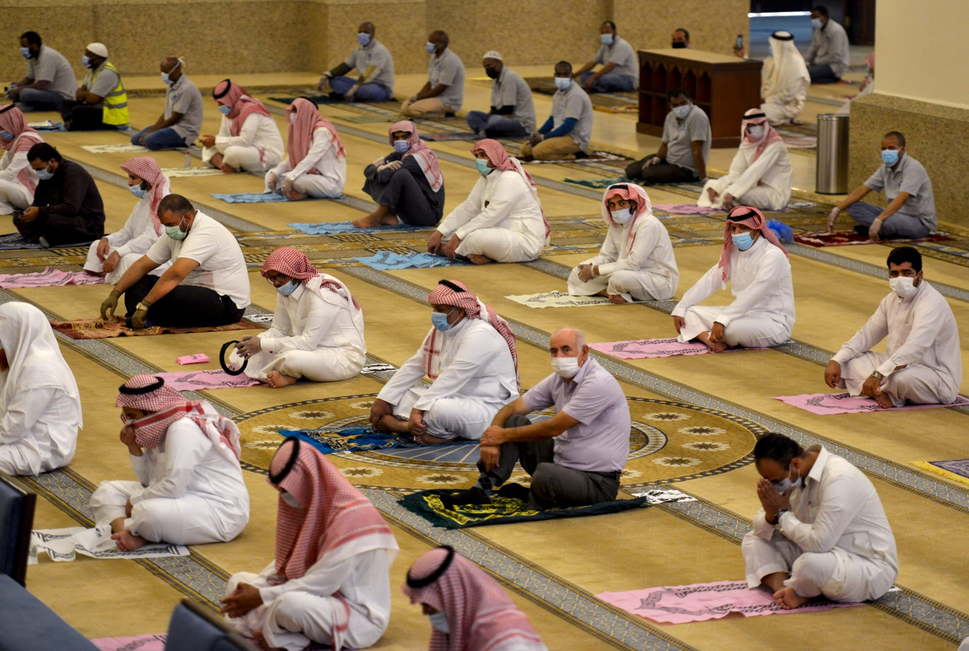 المصلون السعوديون يؤدون صلاة الظهر في مسجد الراجحي بالعاصمة الرياض في 31 مايو 2020