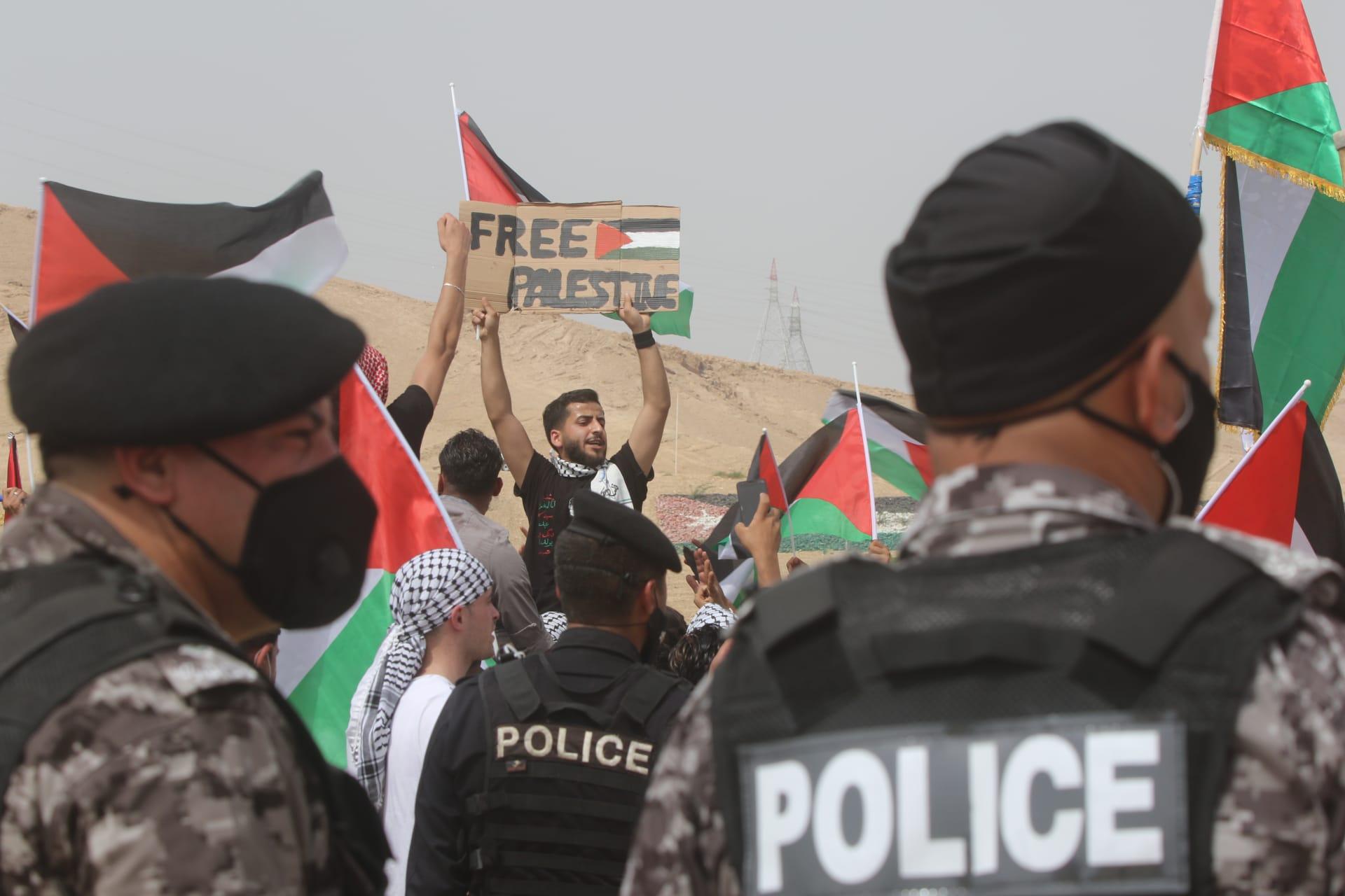صورة أرشيفية لأردنيين يتظاهرون قرب الحدود مع إسرائيل تضامنا مع الفلسطينيين