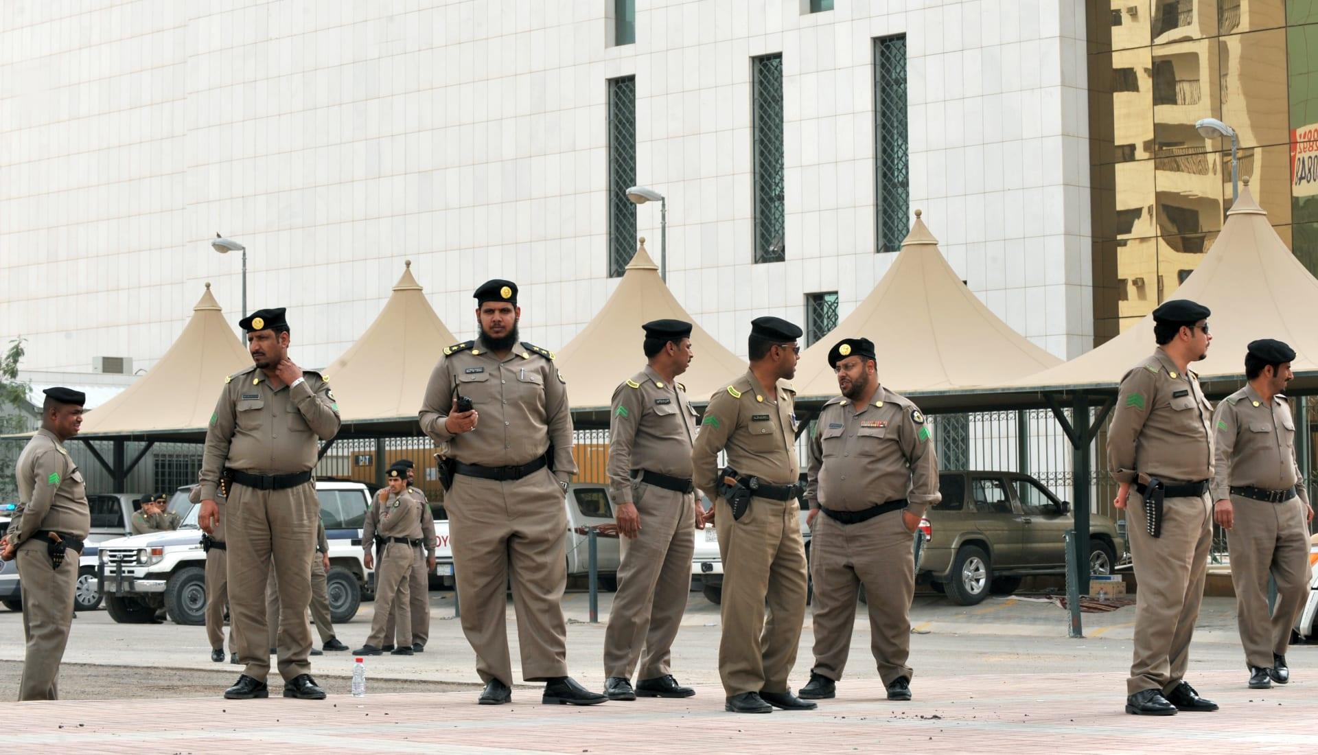 صورة أرشيفية لعدد من عناصر الشرطة السعودية
