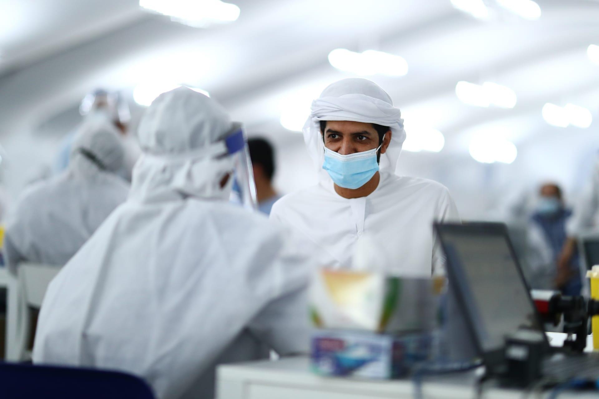 رجل ينتظر نتائج اختباراته لفيروس كورونا في مركز اختبار على حدود دبي-أبو ظبي في 10 أغسطس 2020