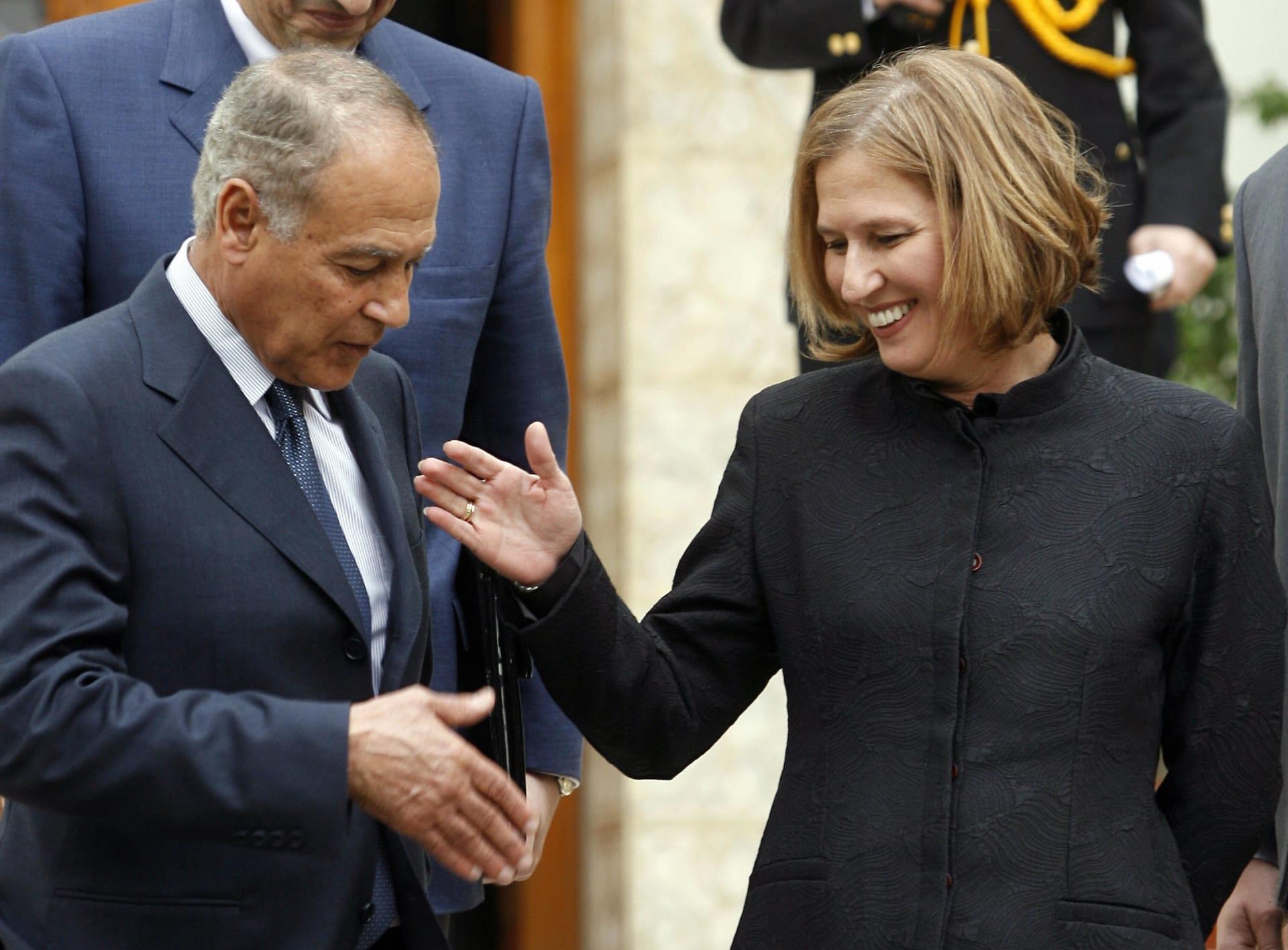 ليفني، خلال زيارتها للقاهرة عام 2008، تصافح وزير الخارجية المصري آنذاك أحمد أبوالغيط