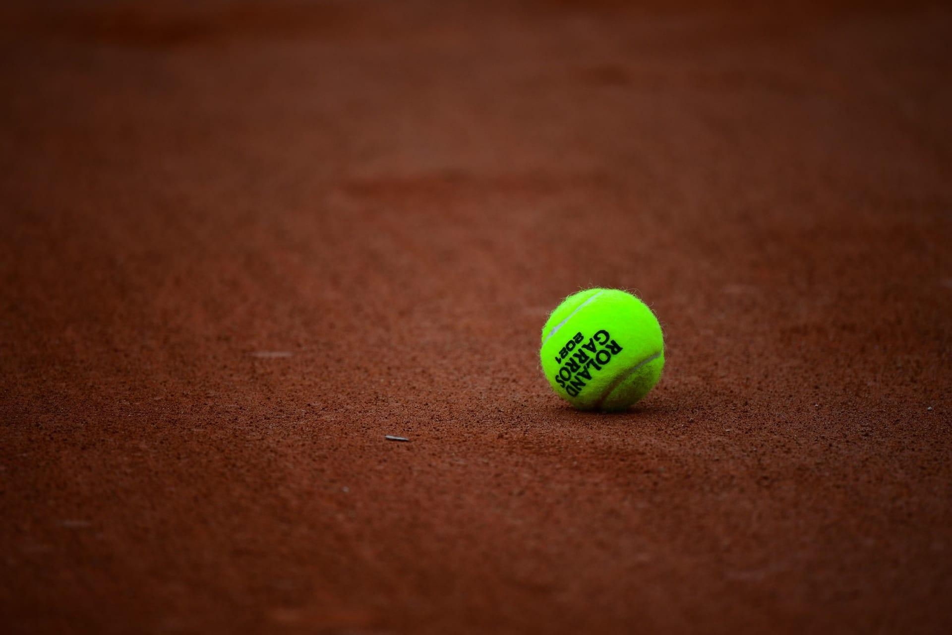 صورة للكرة الرسمية لبطولة التنس المفتوحة الفرنسية 2021 على سطح الملعب في اليوم السادس من بطولة فرنسا المفتوحة للتنس رولان جاروس 2021 في باريس في 4 يونيو