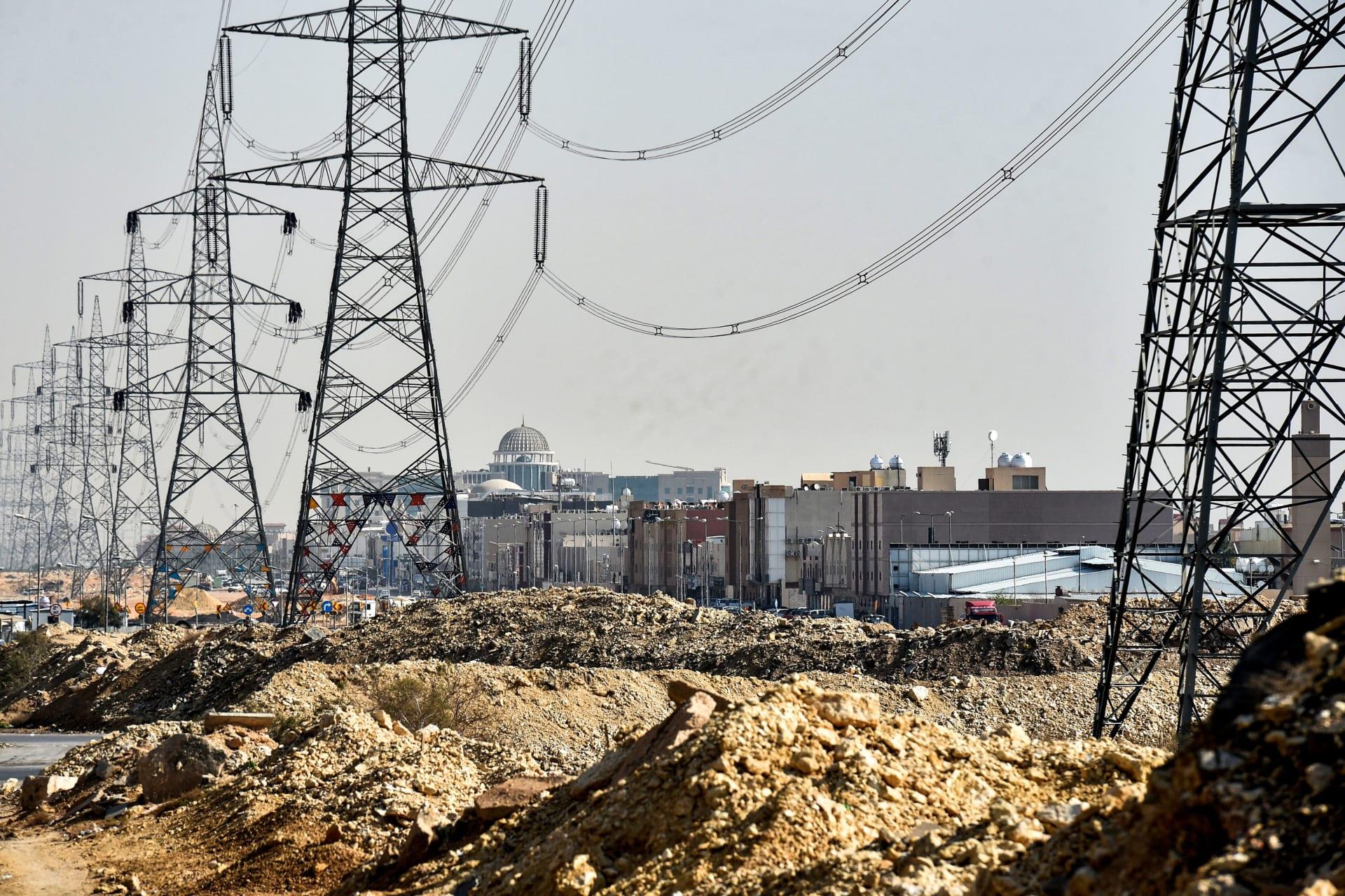 تُظهر هذه الصورة التي التقطت في 18 ديسمبر 2018 أبراج نقل الكهرباء في العاصمة السعودية الرياض
