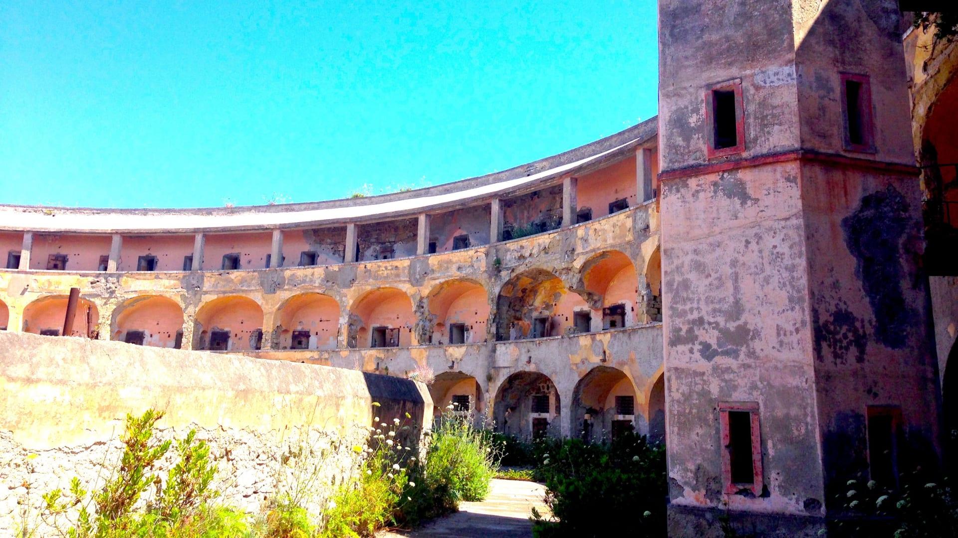 تاريخ حزين..إيطاليا تخطط لإعادة إحياء جزيرة استخدمت سابقاً كسجن للمجرمين