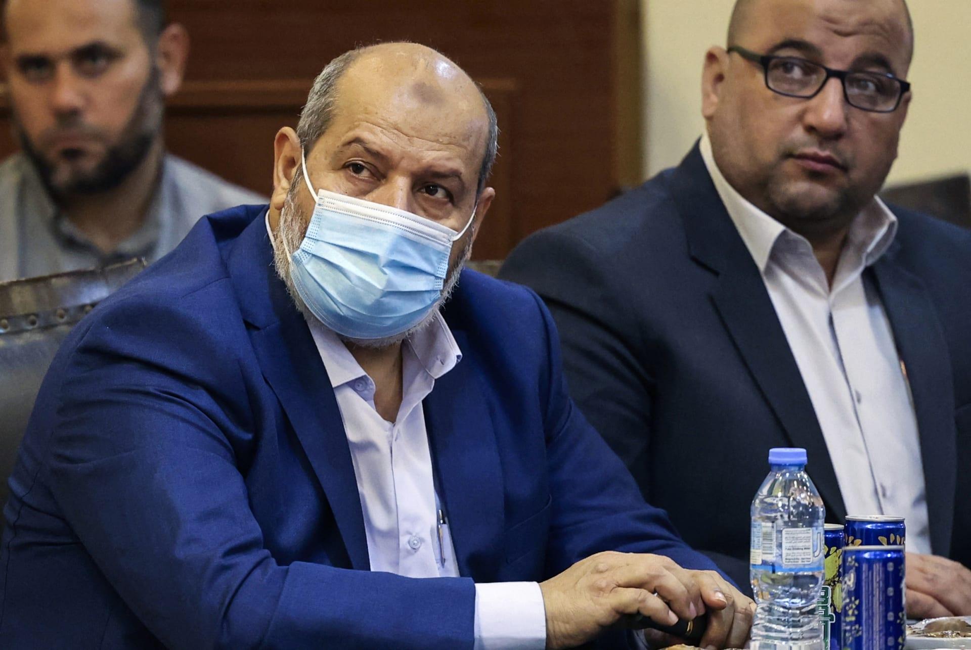 خليل الحية يرتدي الكمامة خلال مشاركته بمؤتمر في غزة لدعم القدس