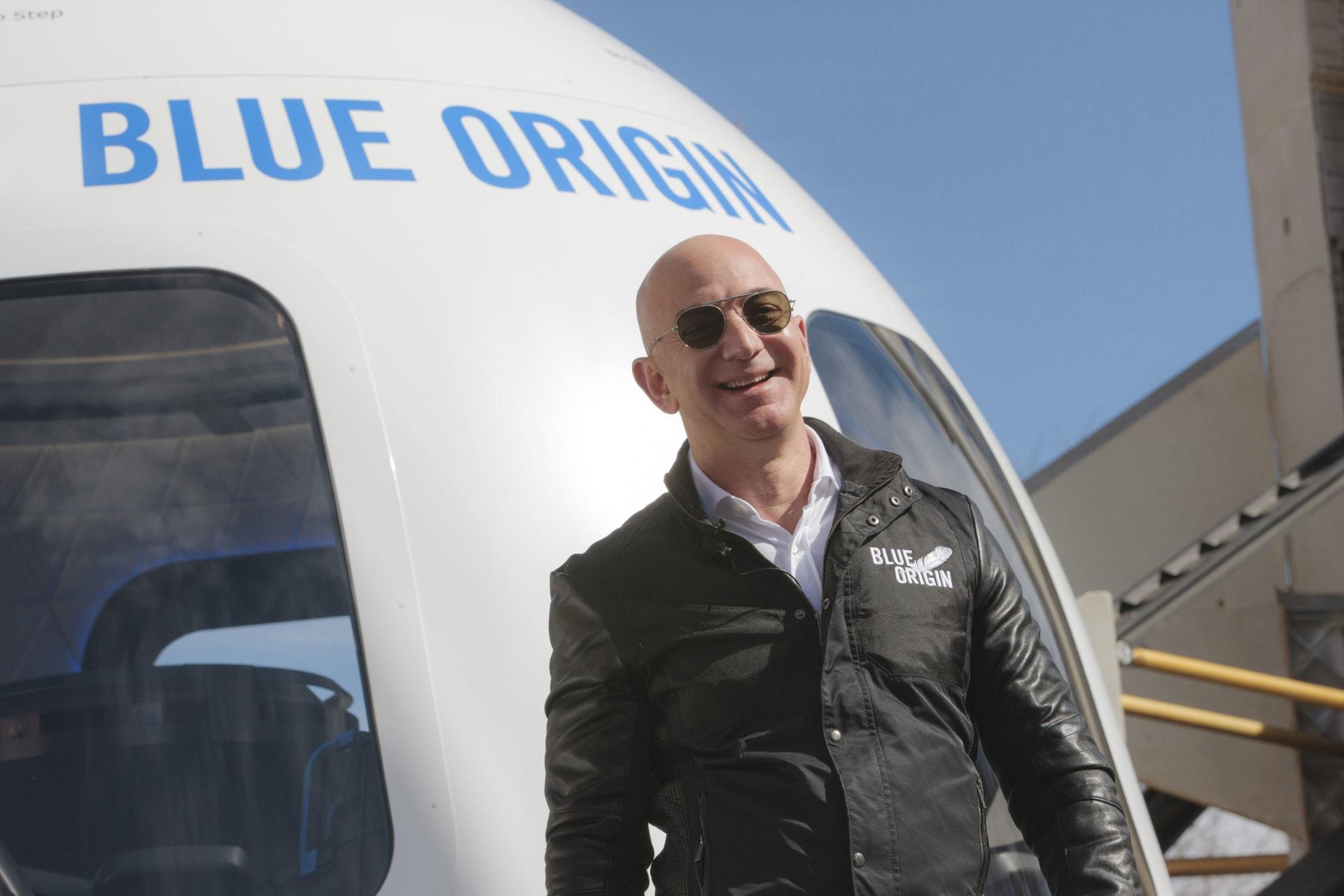جيف بيزوس سيسافر على متن  أول رحلة مأهولة إلى الفضاء