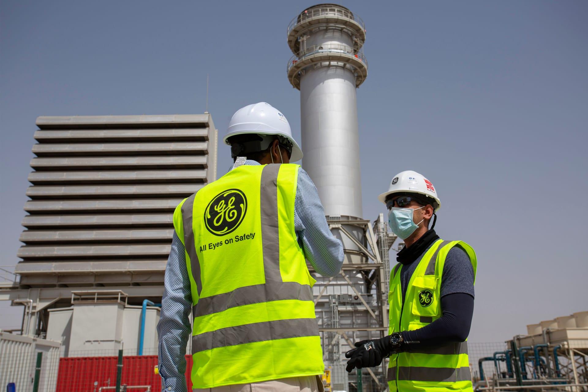 فنيون يتجولون في مبنى محطة الكهرباء في مدينة السماوة جنوب العراق، 16 يونيو 2020