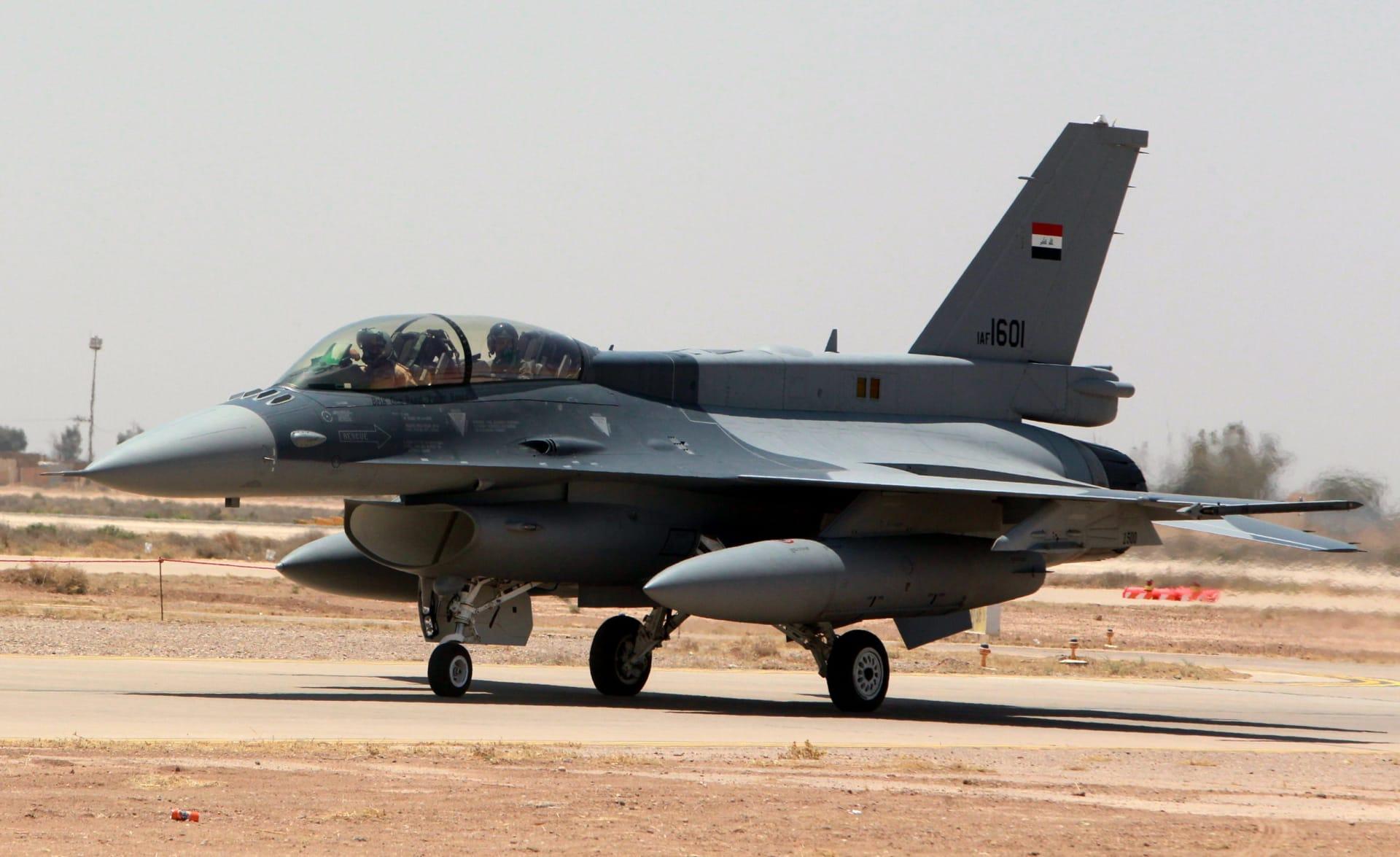 إحدى الطائرتين المقاتلتين F-16 اللتين تم تسليمهما من الولايات المتحدة على مدرج المطار في قاعدة بلد الجوية العراقية في 20 يوليو 2015