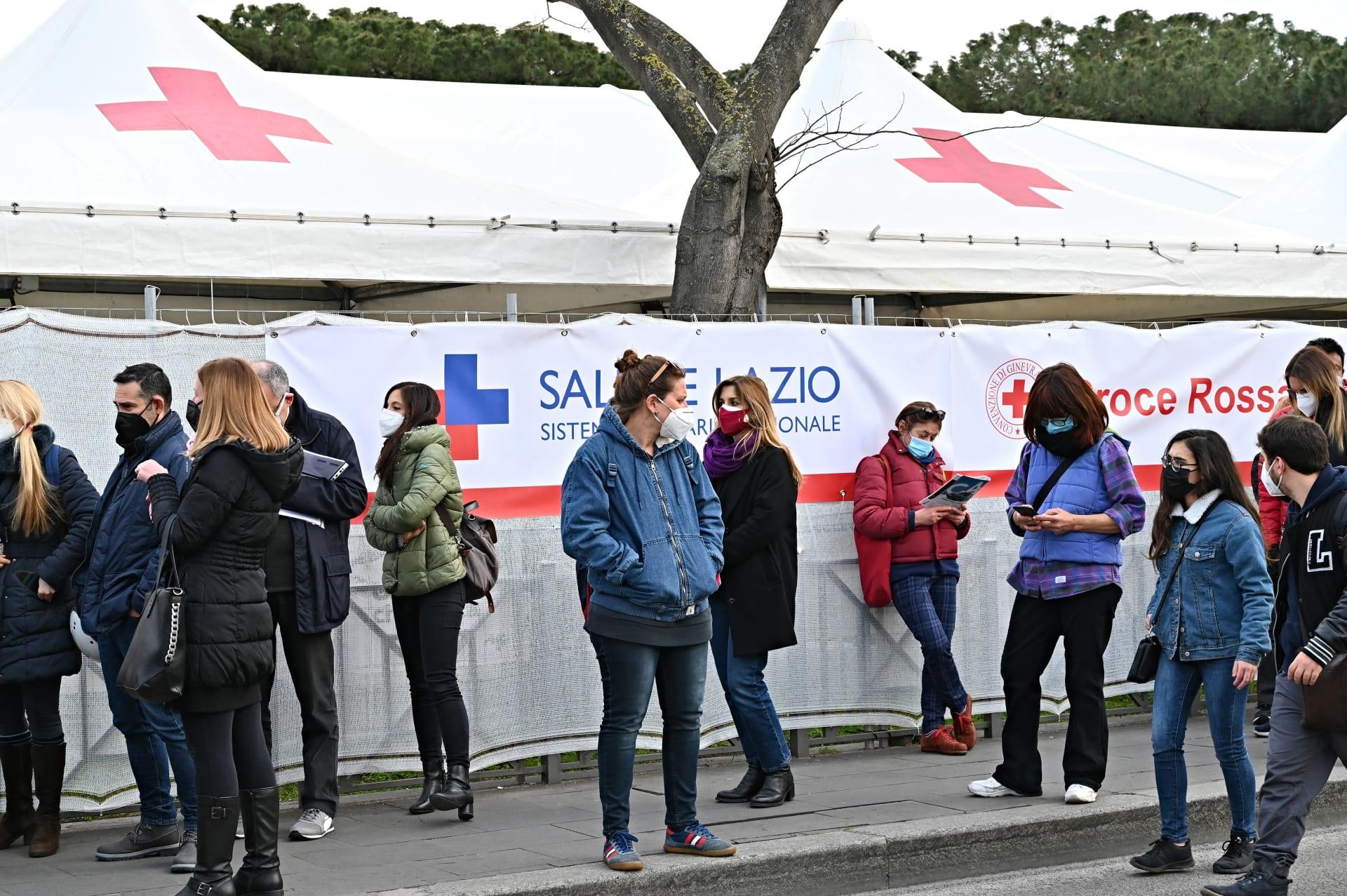 ينتظر الناس في طابور للحصول على لقاح أمام مركز مؤقت خارج محطة قطار تيرميني في روما في 19 مارس 2021