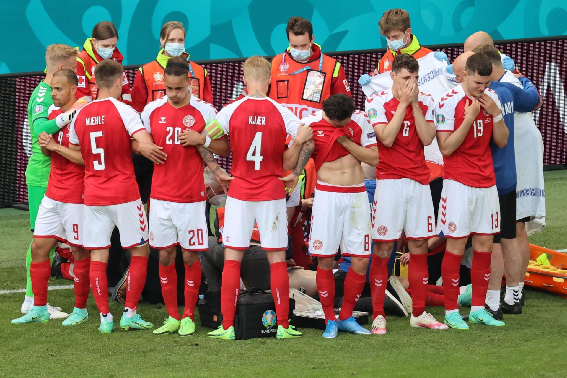 يورو2020: محاولات لإنعاش لاعب منتخب الدنمارك في الملعب خلال المباراة مع فلندا