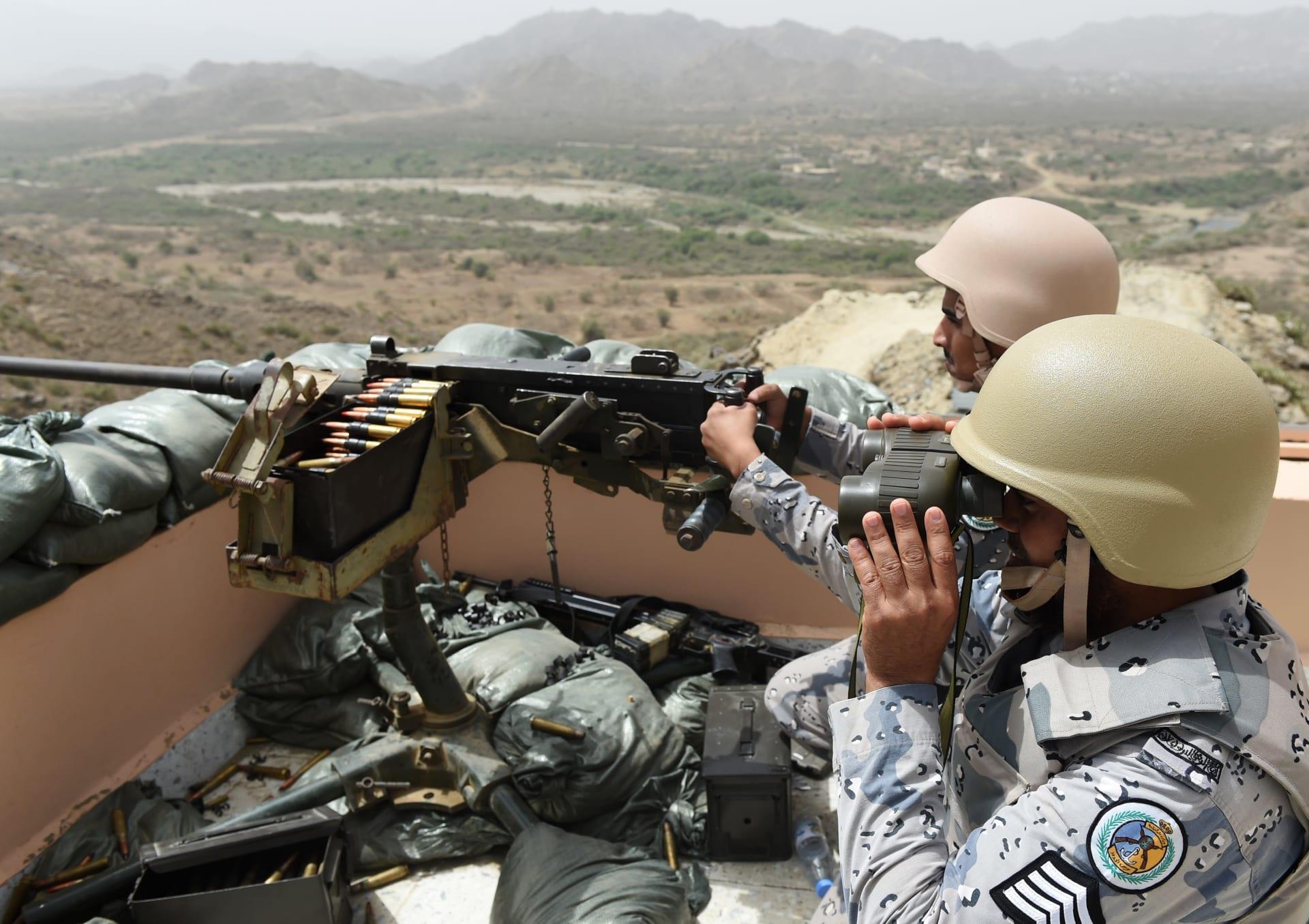 يتمركز أفراد من حرس الحدود السعودي في نقطة مراقبة على الحدود السعودية اليمنية، في جنوب غرب المملكة العربية السعودية، في 9 أبريل 2015.