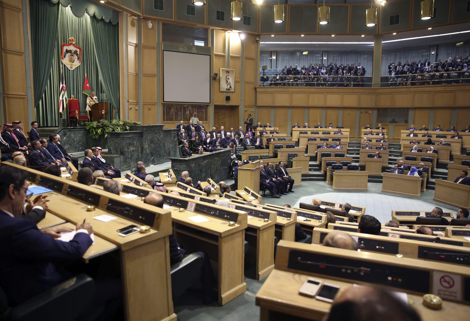 صورة أرشيفية للملك عبدالله يلقي كلمة في البرلمان