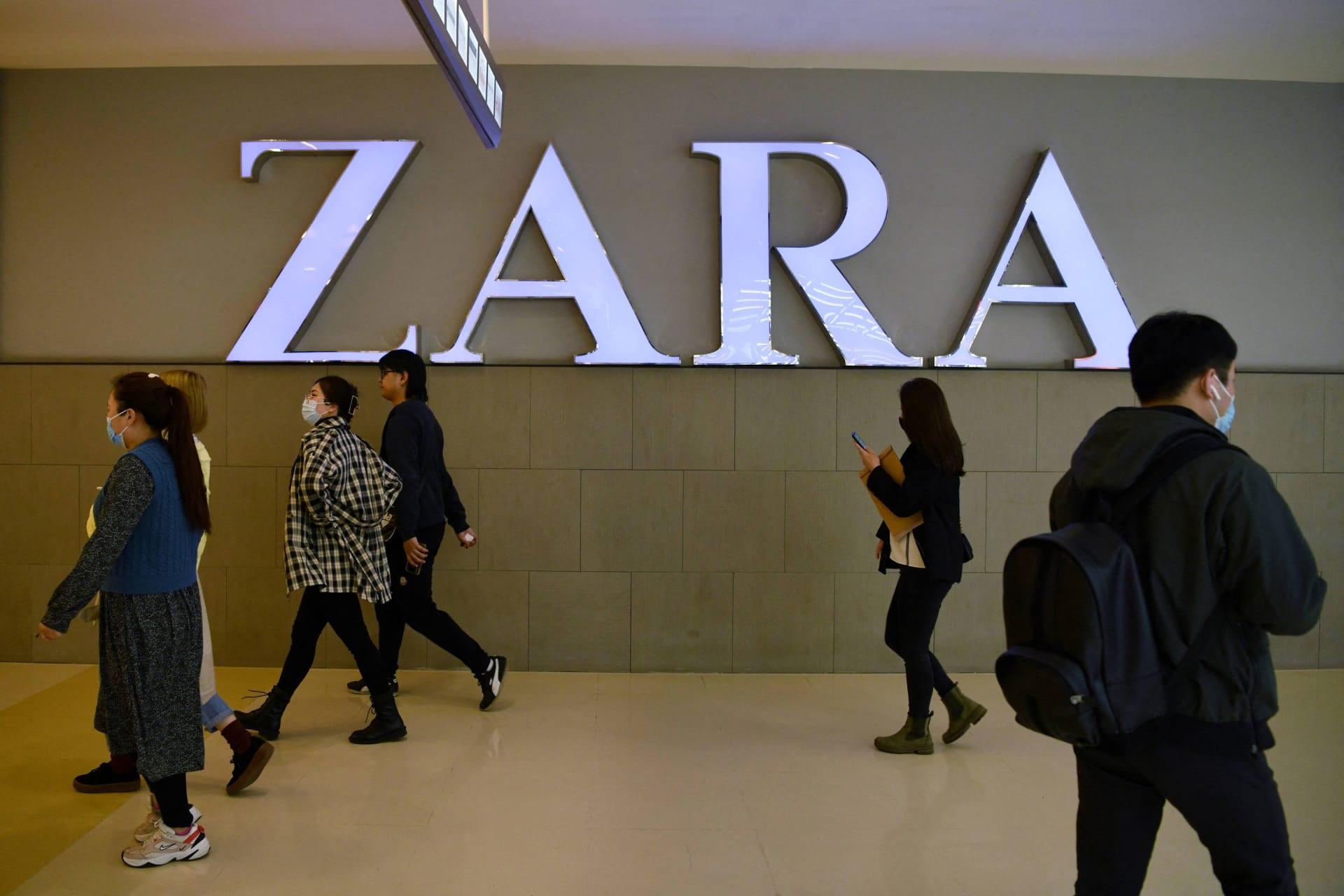 """تعرض علامة """"زارا"""" للأزياء لانتقادات شديدة بعد إرسال إحدى مصمميها رسائل تحريضية لعارض الأزياء الفلسطيني قاهر حرحش"""