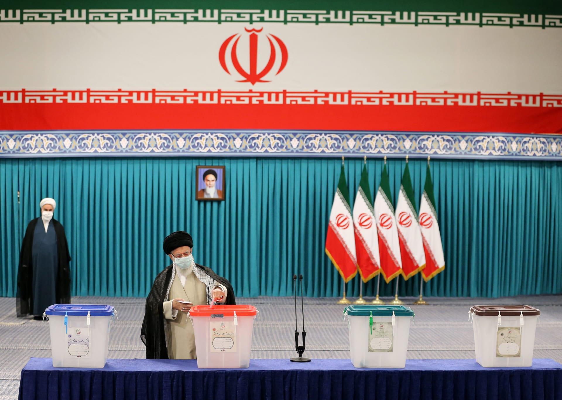 بالصور.. إيرانيون يدلون بأصواتهم بانتخابات الرئاسة 2021