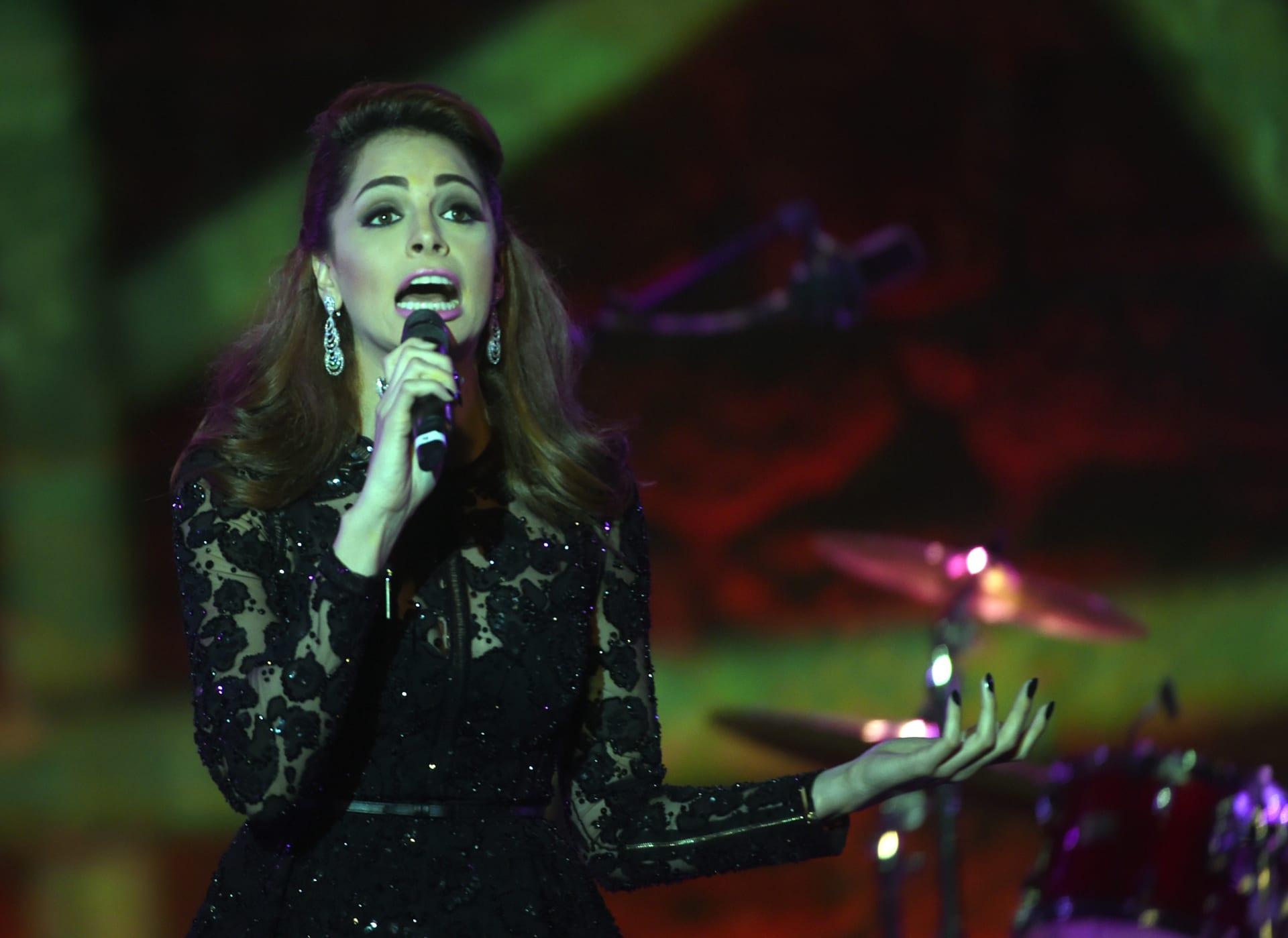 الفنانة المصرية أمل ماهر تغني على خشبة المسرح خلال الدورة 51 لمهرجان قرطاج الدولي