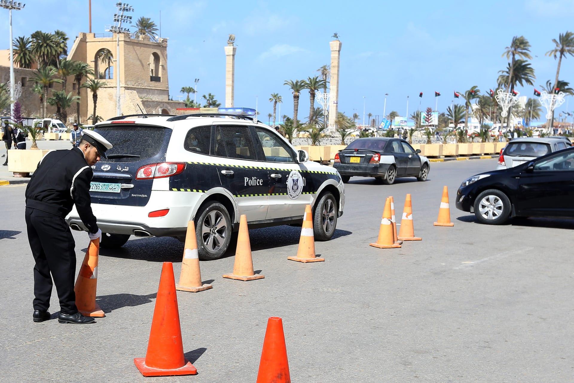 شرطة المرور الليبية تضع أقماعًا على الطريق خلال عملية في ساحة الشهداء بالعاصمة الليبية طرابلس ، في 12 مارس/ آذار 2019.