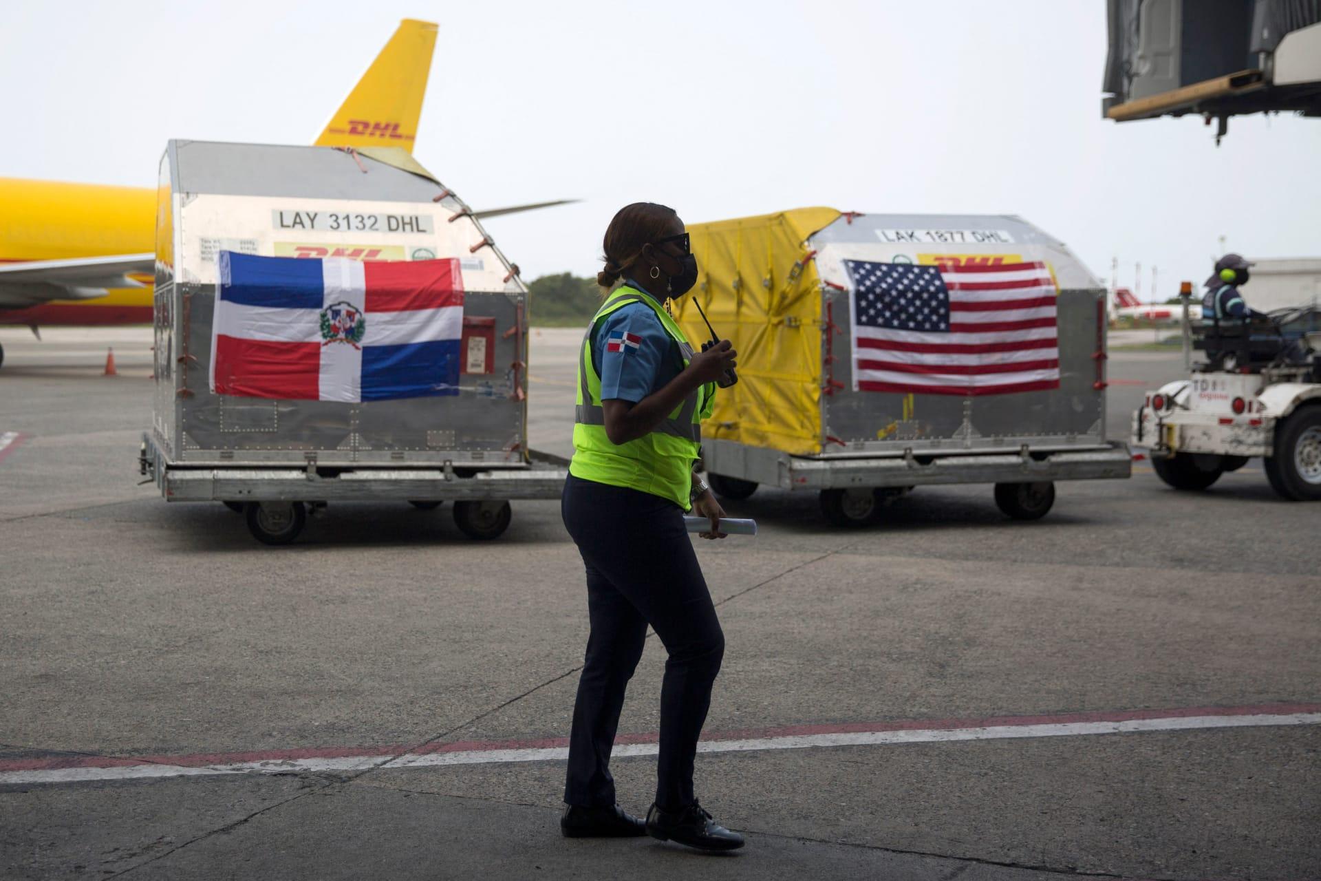 لحظة وصول شحنات لقاح فايزر إلى عند الوصول إلى مطار Las Americas في Santo Domingo في 11 يونيو 2021.