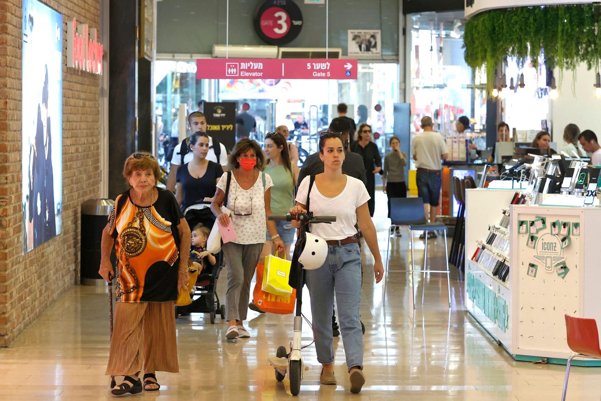 متسوقون بلا أقنعة يمشون في مركز ديزنغوف للتسوق في مدينة تل أبيب الساحلية الإسرائيلية في 15 يونيو 2021