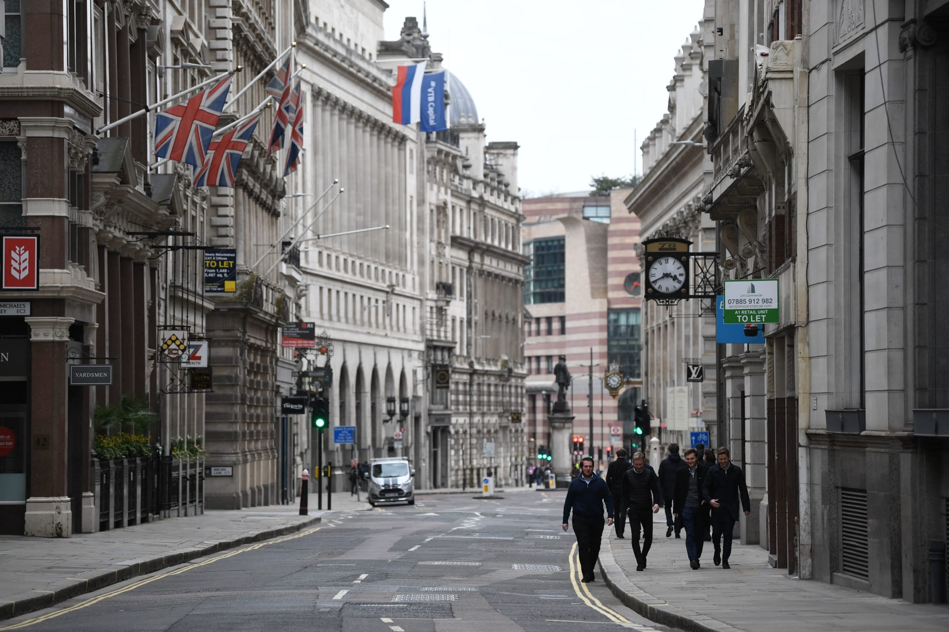 مشاة يسيرون في شوارع مدينة لندن في 24 مارس 2021 حيث تستمر الحياة مع إنجلترا بعد خارطة طريق حكومية لتخفيف قيود إغلاق فيروس كورونا.