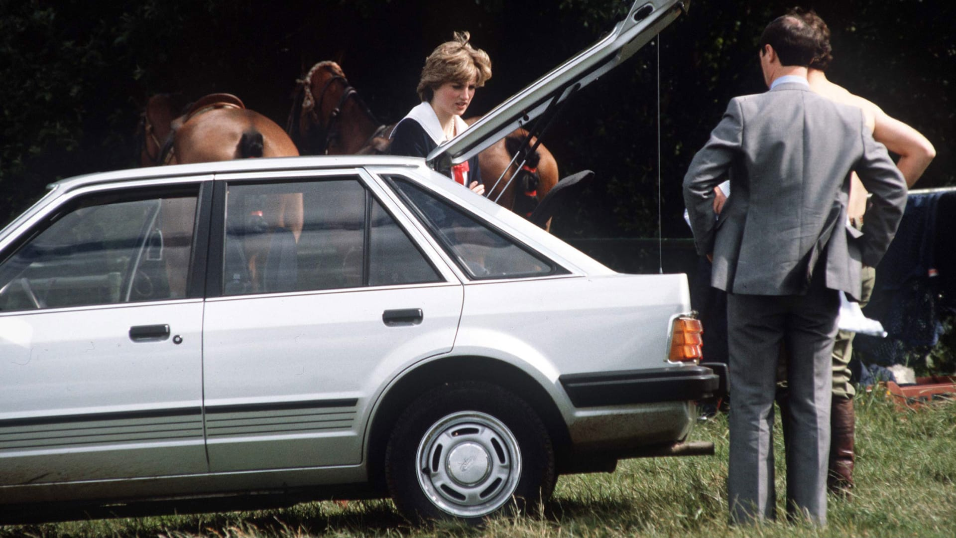 كانت هدية خطوبة.. بيع سيارة منحها الأمير تشارلز للأميرة ديانا مقابل 72 ألف دولار